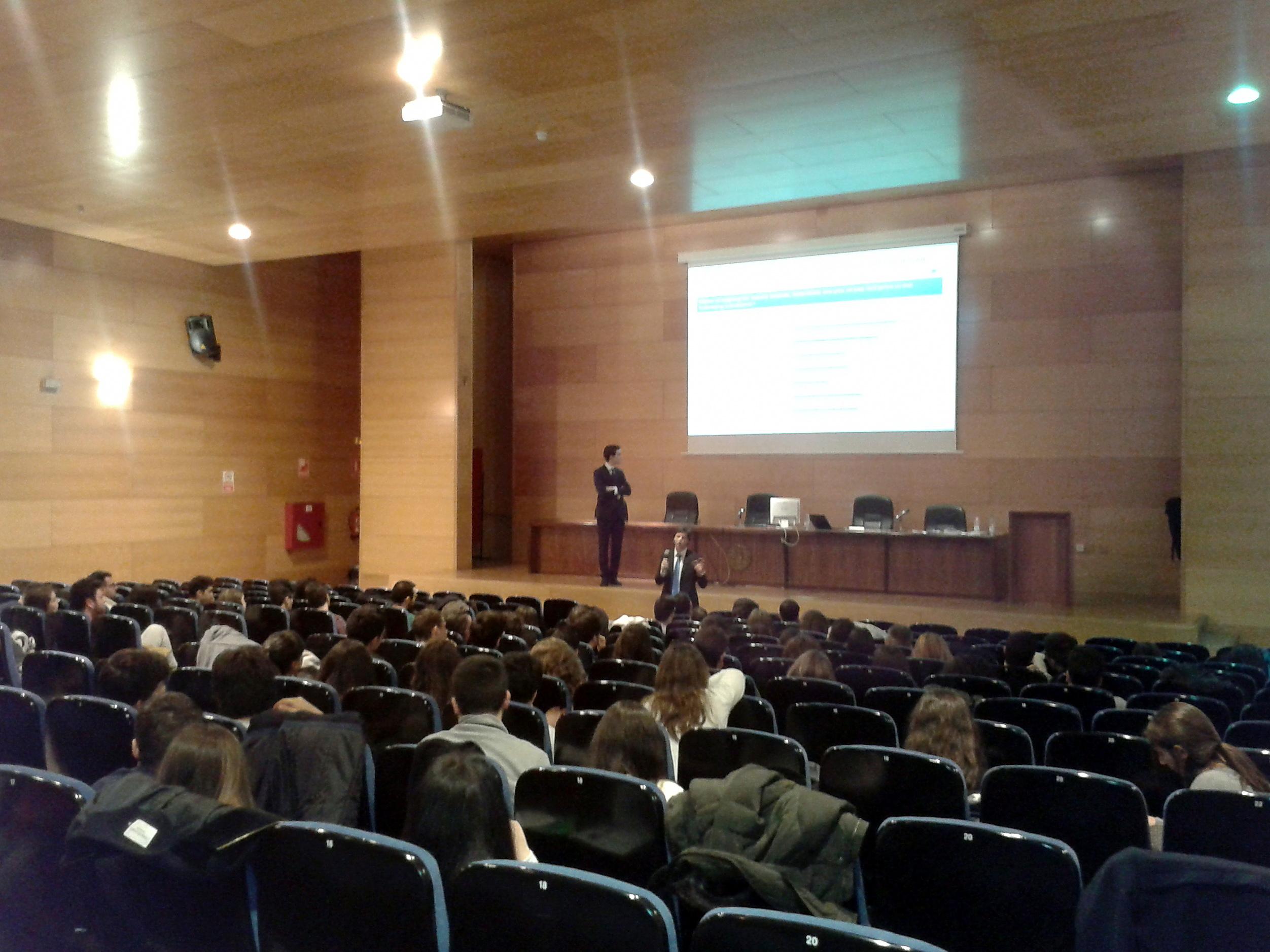 Un centenar de estudiantes se forman en consultoría estratégica en un taller organizado por la Facultad de Economía y Empresa