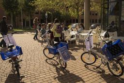 El rector de la Universidad de Salamanca visita la Feria de Bienvenida en el Campus de Zamora