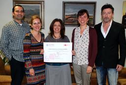 La Oficina de Cooperación de la Universidad de Salamanca recibe más de mil cien euros obtenidos en la campaña 'Bocata Solidario'