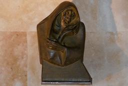 La Facultad de Filología cede al Teatro Juan del Enzina una escultura de 'La Celestina', de Agustín Casillas