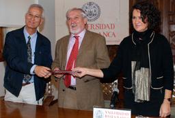 La Universidad de Salamanca, FARPE y FUNDALUCE presentan las XV Jornadas de Investigación 'Científicos + Pacientes' y entregan el acta del Premio FUNDALUCE 2012 a Eugenio Santos