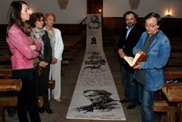 El Aula Fray Luis de León acoge un acto de donación de un rollo de bambú de 12 metros como homenaje al poeta y humanista