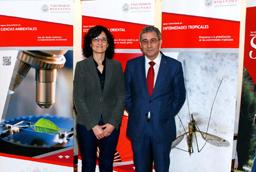 l director del Servicio de Actividades Culturales inaugura una exposición organizada por alumnos de Bellas Artes