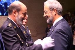 El rector de la Universidad de Salamanca recibe una condecoración de la Escuela Nacional de Policía