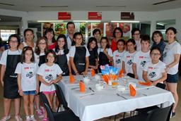 La secretaria general prueba los avances en cocina e inglés de los niños matriculados en el 'Minichef Summer Camp'