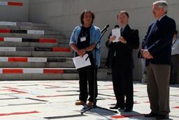 El director de la Oficina del VIII Centenario, Carlos Palomeque, inaugura la instalación 'Palabras Cruzadas' en el Palacio de Congresos