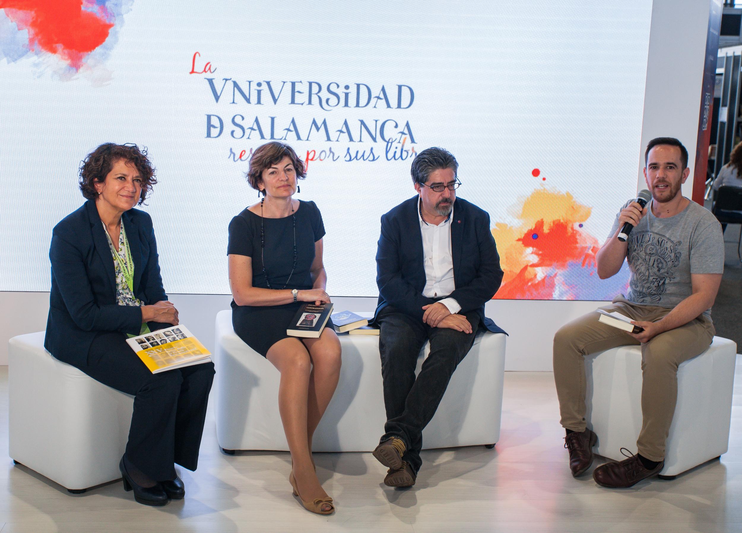 María Ángeles Serrano, María Ángeles Pérez López y Antonio Portela, en el stand de la USAL en FILUNI.