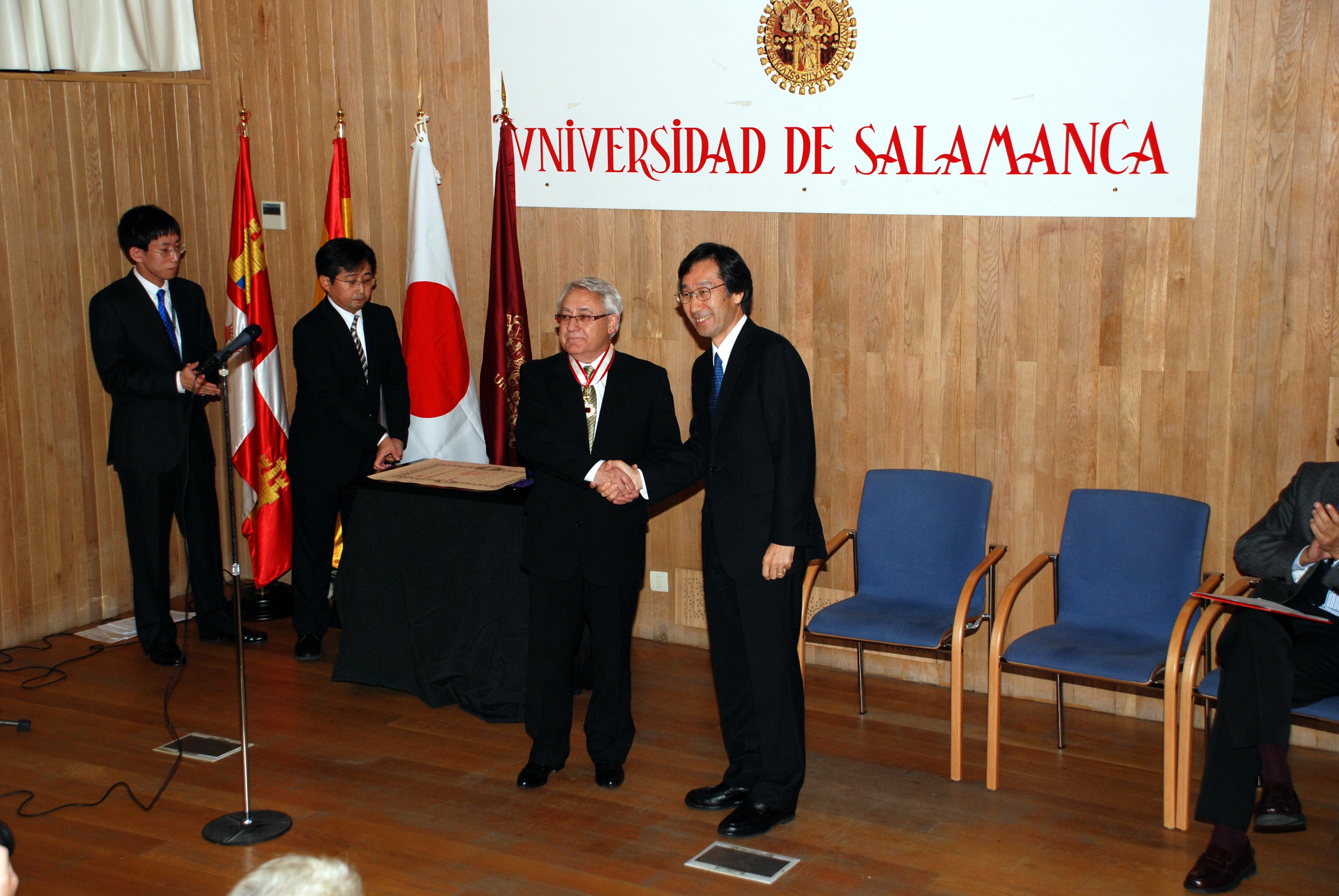 El profesor Antonio López Santos recibe la Orden del Sol Naciente por su contribución al fomento de la enseñanza de la lengua y cultura japonesa
