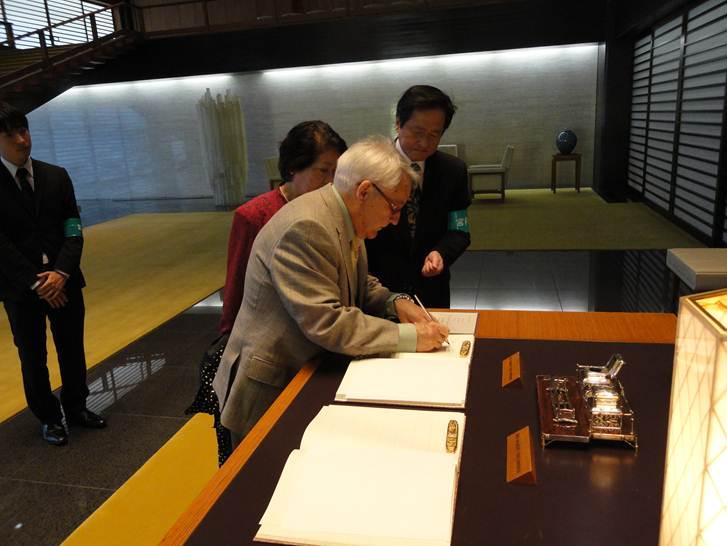 El profesor de la Universidad de Salamanca Antonio López rubrica en el Palacio Imperial de Japón su condecoración de la Orden del Sol Naciente