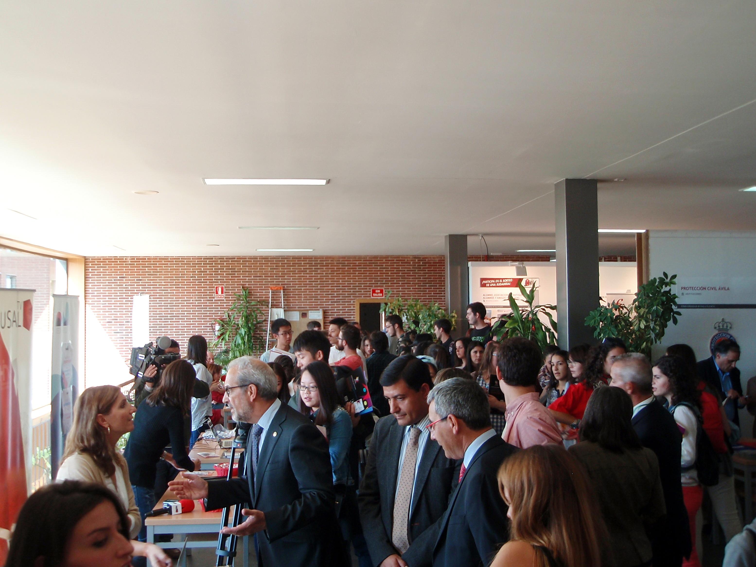El rector de la Universidad de Salamanca inaugura la Feria de Bienvenida en el Campus de Ávila