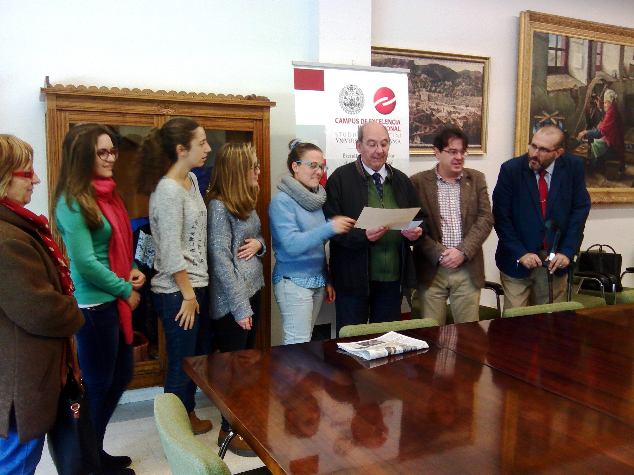 El SPIO entrega el dinero recaudado en el 'Bocadillo Solidario' de la Feria de Bienvenida del Campus de Béjar a Cáritas