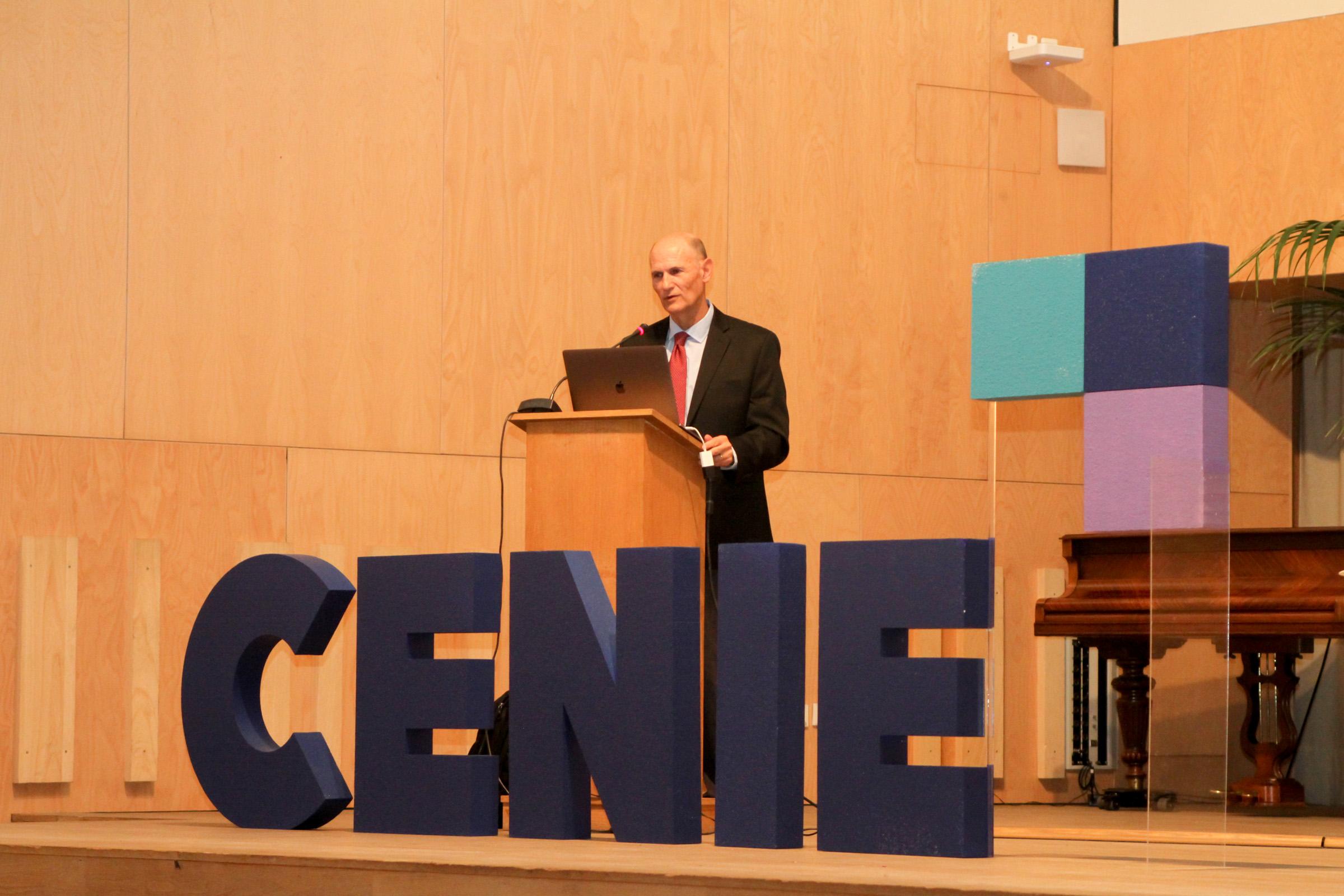 Juan Carlos Izpisua imparte una ponencia sobre genética y envejecimiento, presentada por el periodista Xavier Sardá, dentro del ciclo de conferencias del Centro Internacional sobre Envejecimiento de la USAL
