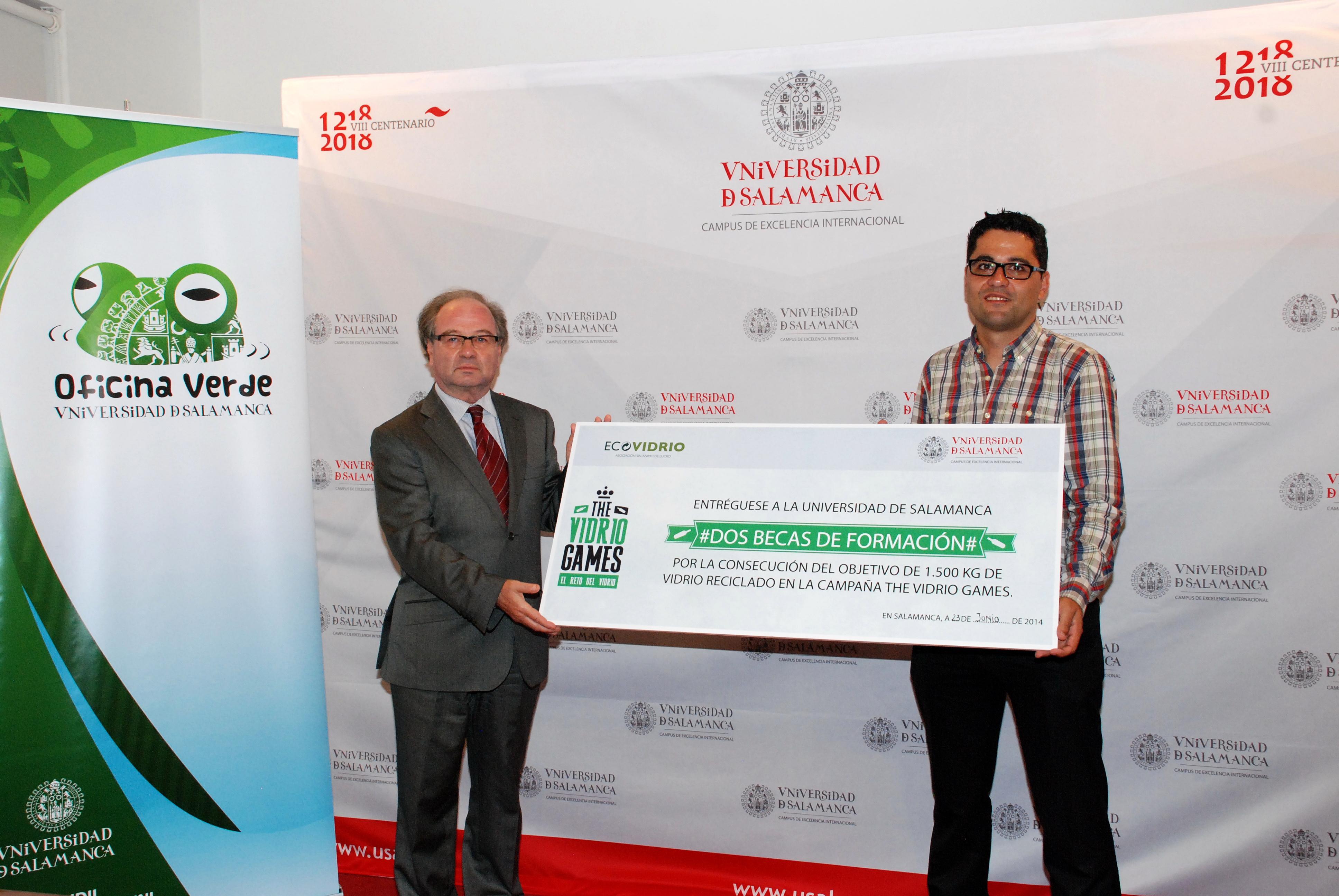 Ecovidrio premia a dos estudiantes de la Universidad de Salamanca con becas de formación por su compromiso con el reciclado de vidrio