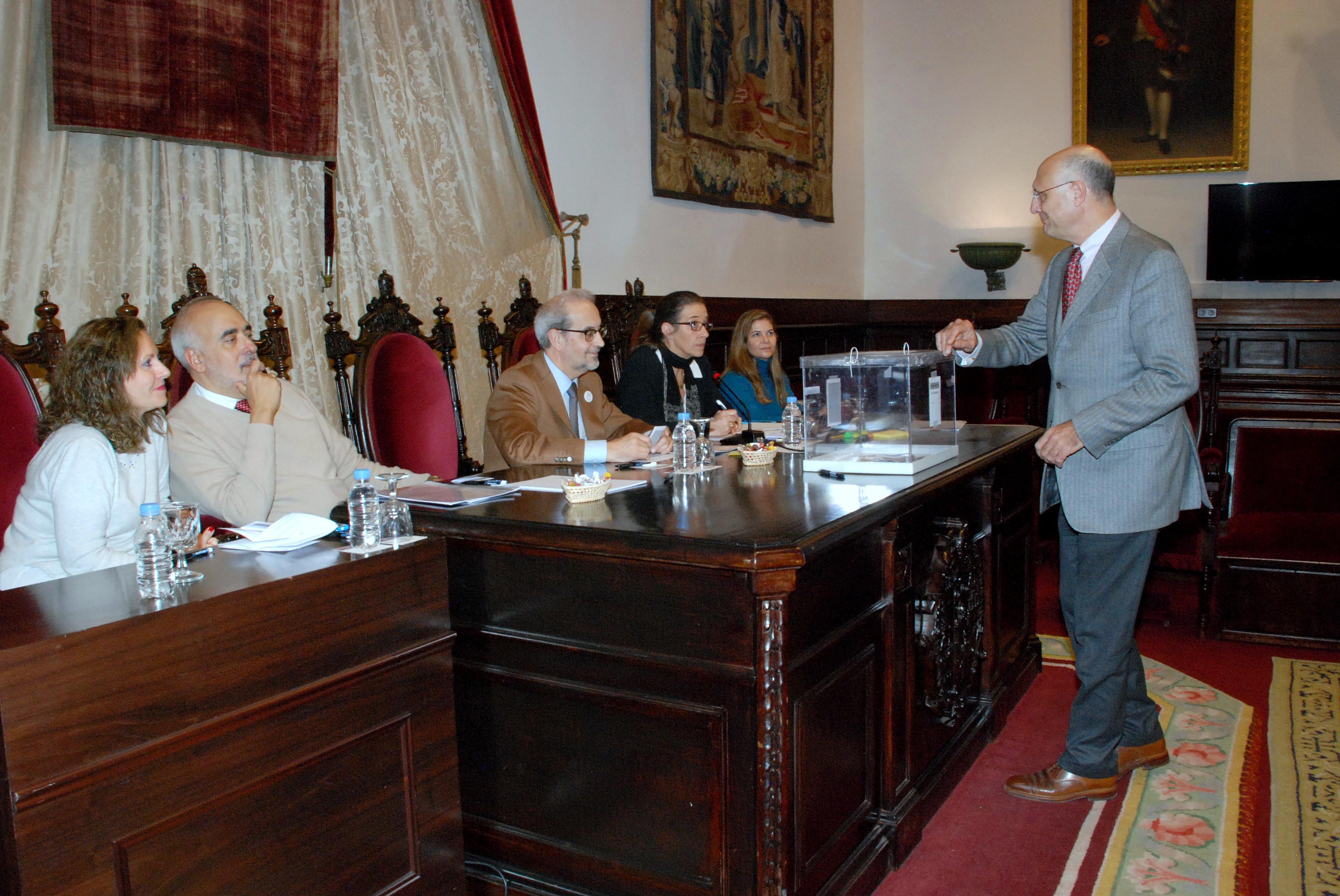 El Claustro de Doctores de la Universidad de Salamanca aprueba el doctorado honoris causa al poeta Pablo García Baena