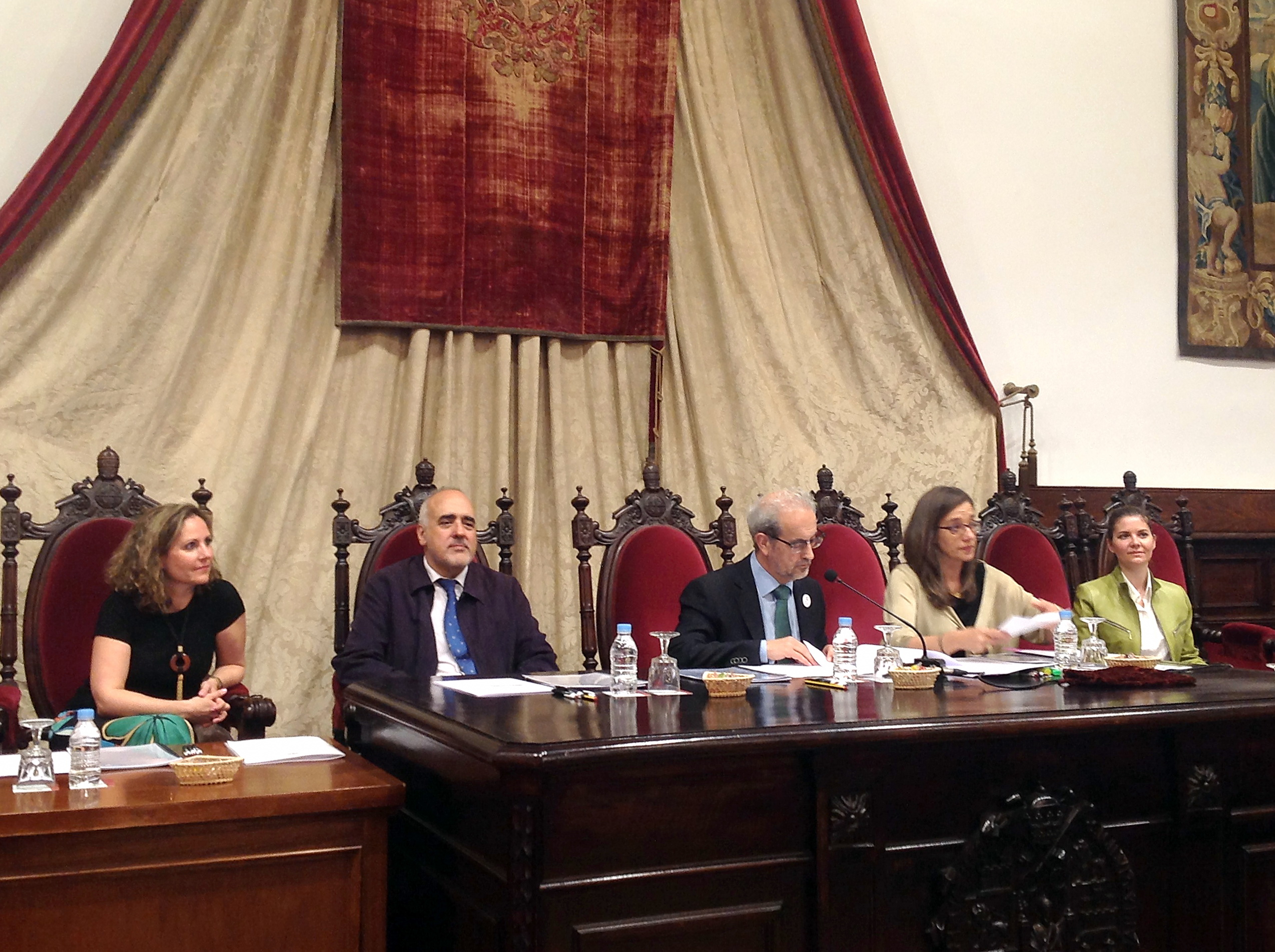 El Claustro de Doctores de la Universidad de Salamanca aprueba los doctorados honoris causa del economista Blas Calzada y del jurista Jairo Parra