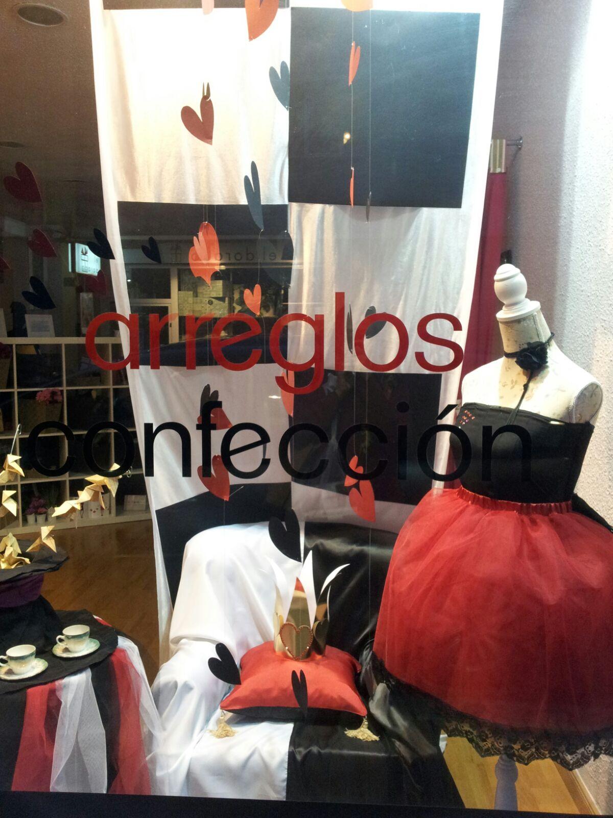 Escaparate de Lola Hilo y Puntadas galardonado con el primer premio del concurso Acción Decorativa DeÒeste