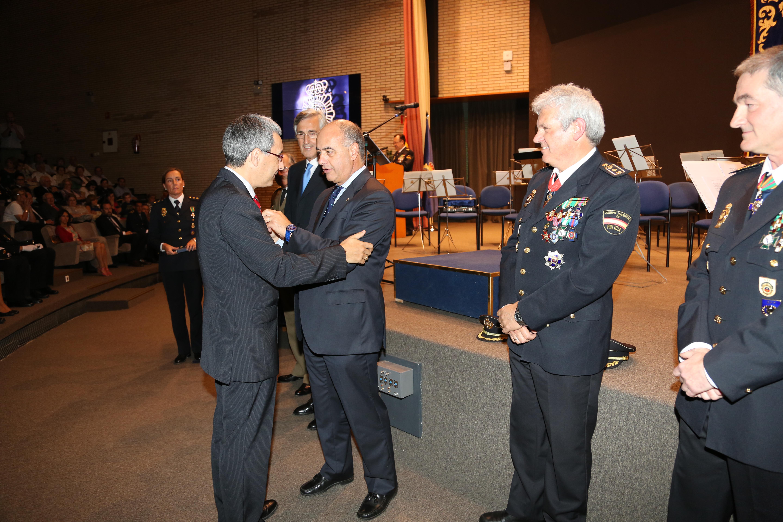 El vicerrector de Promoción y Coordinación de la Universidad de Salamanca recibe la Cruz al Mérito Policial
