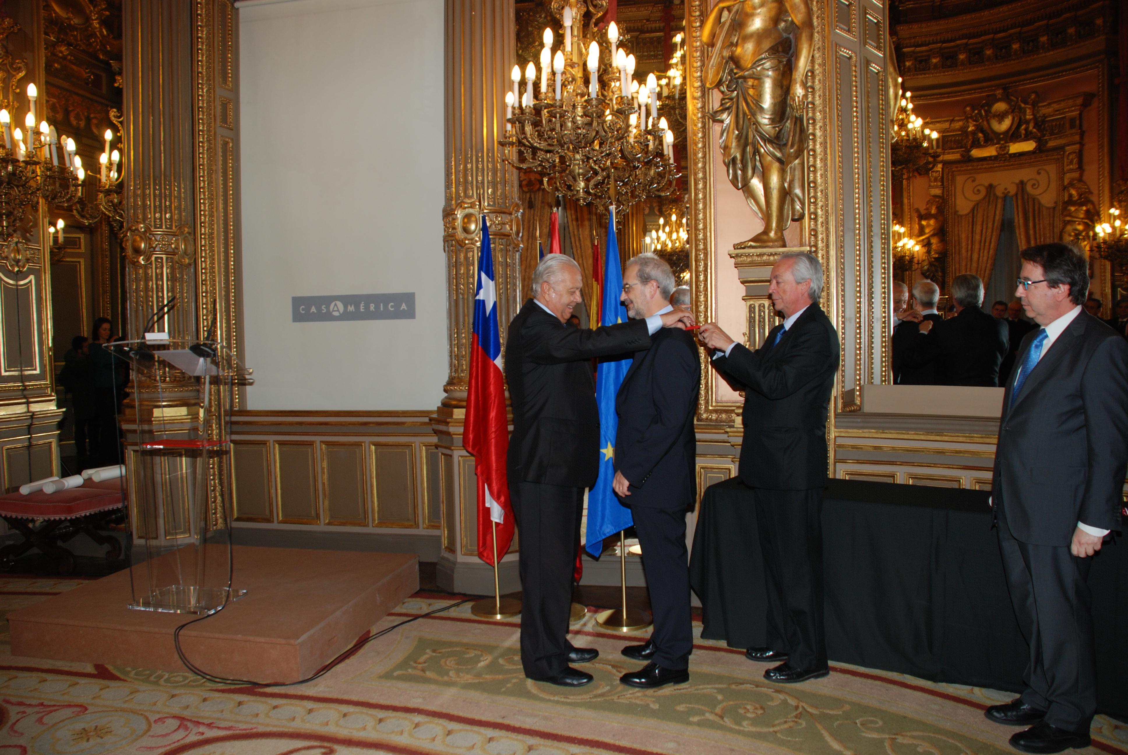 El rector de la Universidad de Salamanca, Daniel Hernández Ruipérez, ha sido distinguido con la orden 'Bernardo O'Higgins'