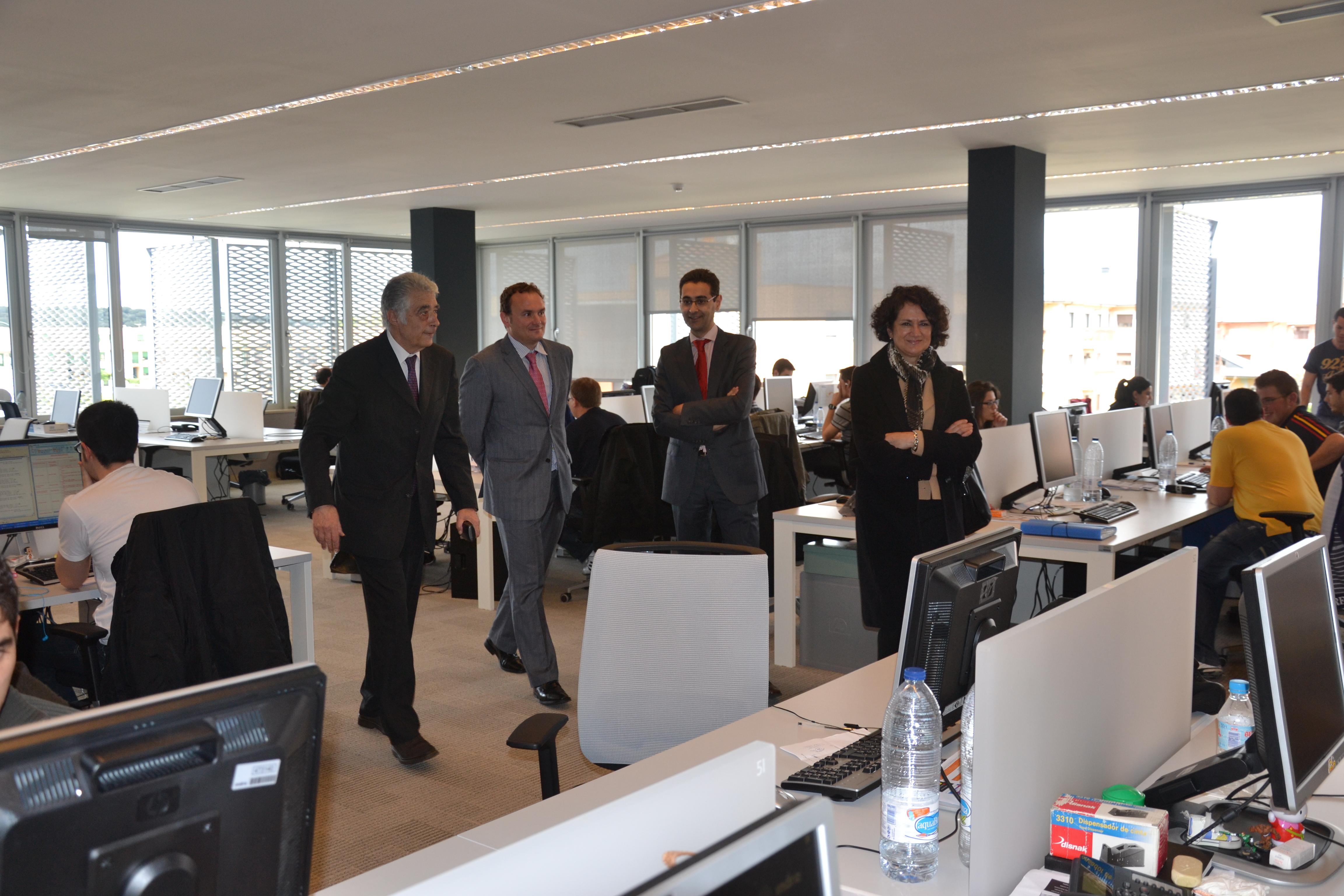 La vicerrectora de Investigación y el subdelegado del Gobierno, Javier Galán, visitan el Parque Científico de la Universidad de Salamanca