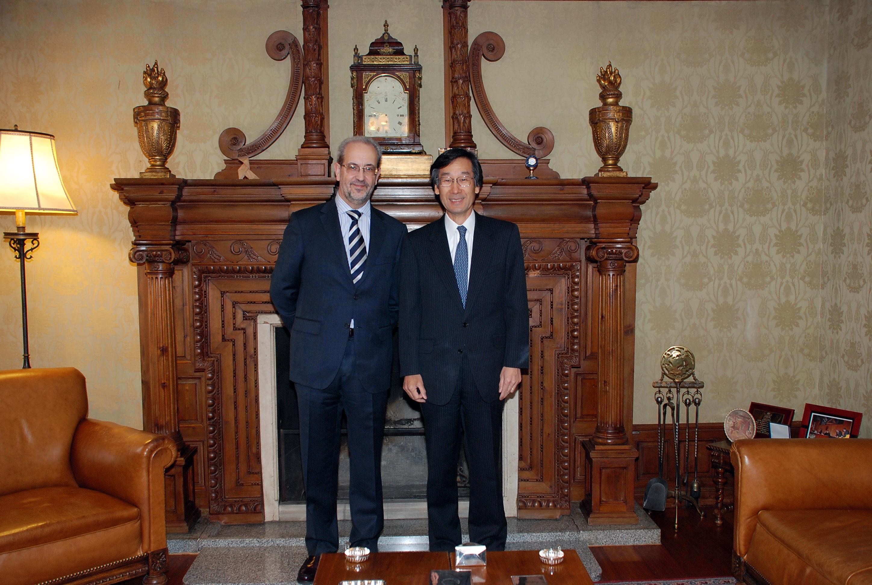El rector, Daniel Hernández Ruipérez, recibe al embajador de Japón en España, Satoru Satoh