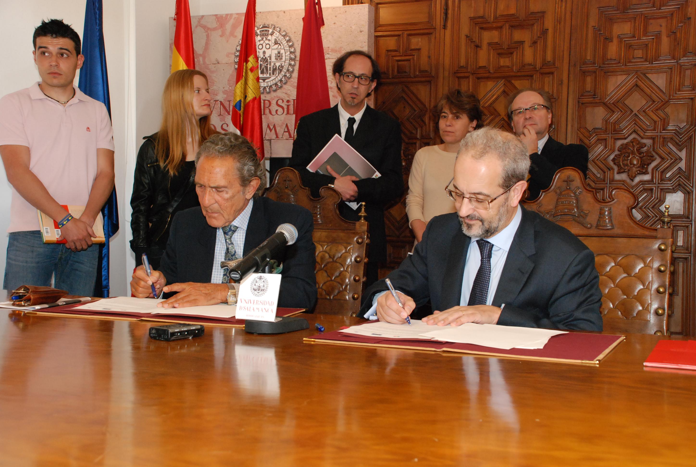 Firma del convenio entre la Universidad y la Fundación Antonio Gala