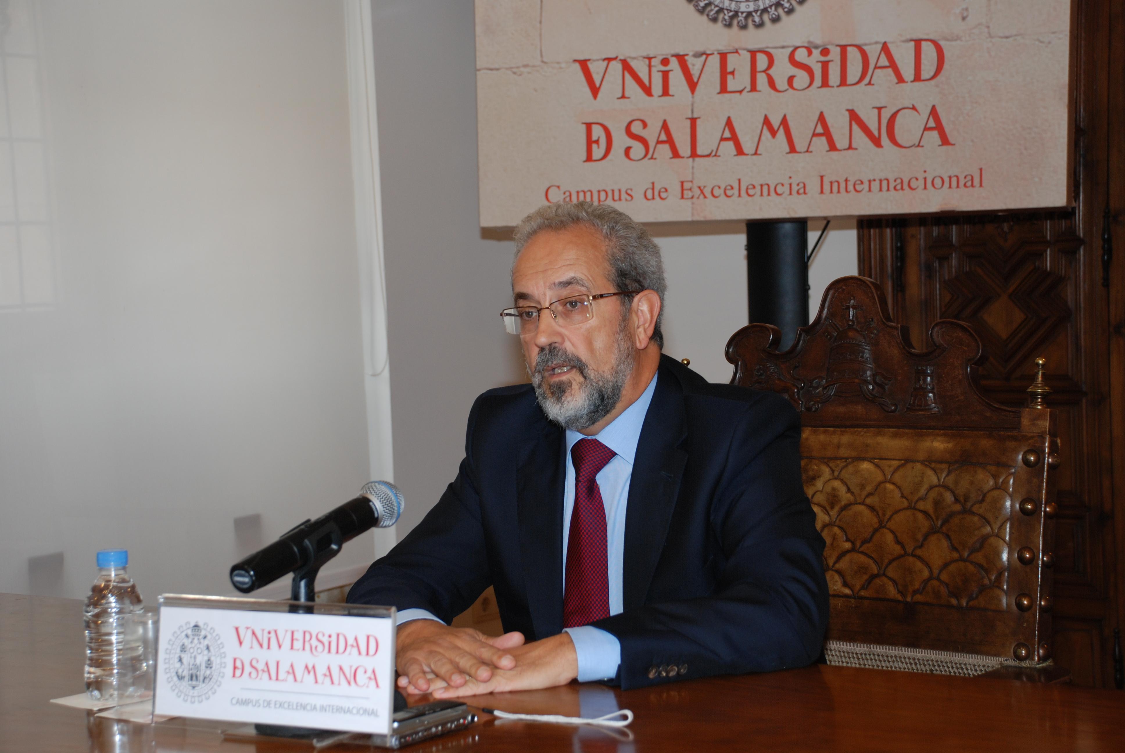 El rector Daniel Hernández Ruipérez procederá a la convocatoria de elecciones en la Universidad de Salamanca el próximo 14 de octubre