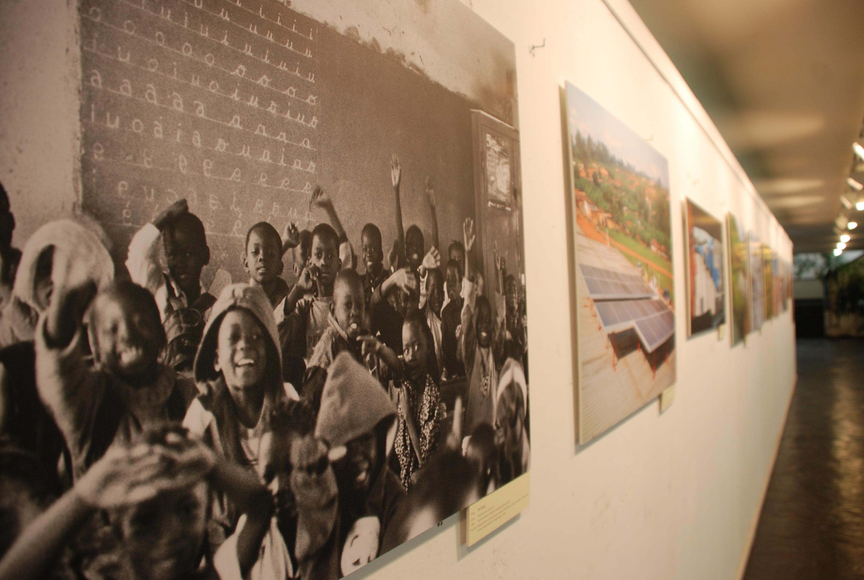 El rector inaugura la exposición fotográfica sobre acciones de cooperación al desarrollo de la Oficina de Cooperación de la Universidad