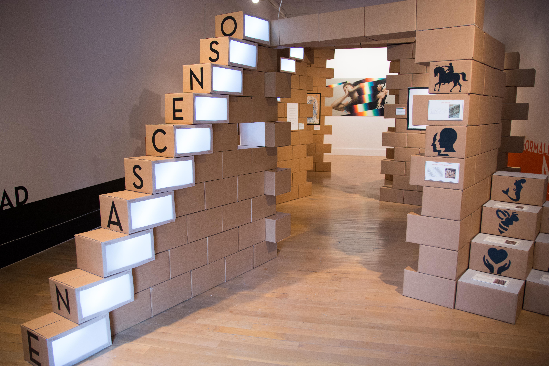 La exposición 'En Ascenso' reinterpreta el mito de la Escalera del Conocimiento en el Patio de Escuelas Menores
