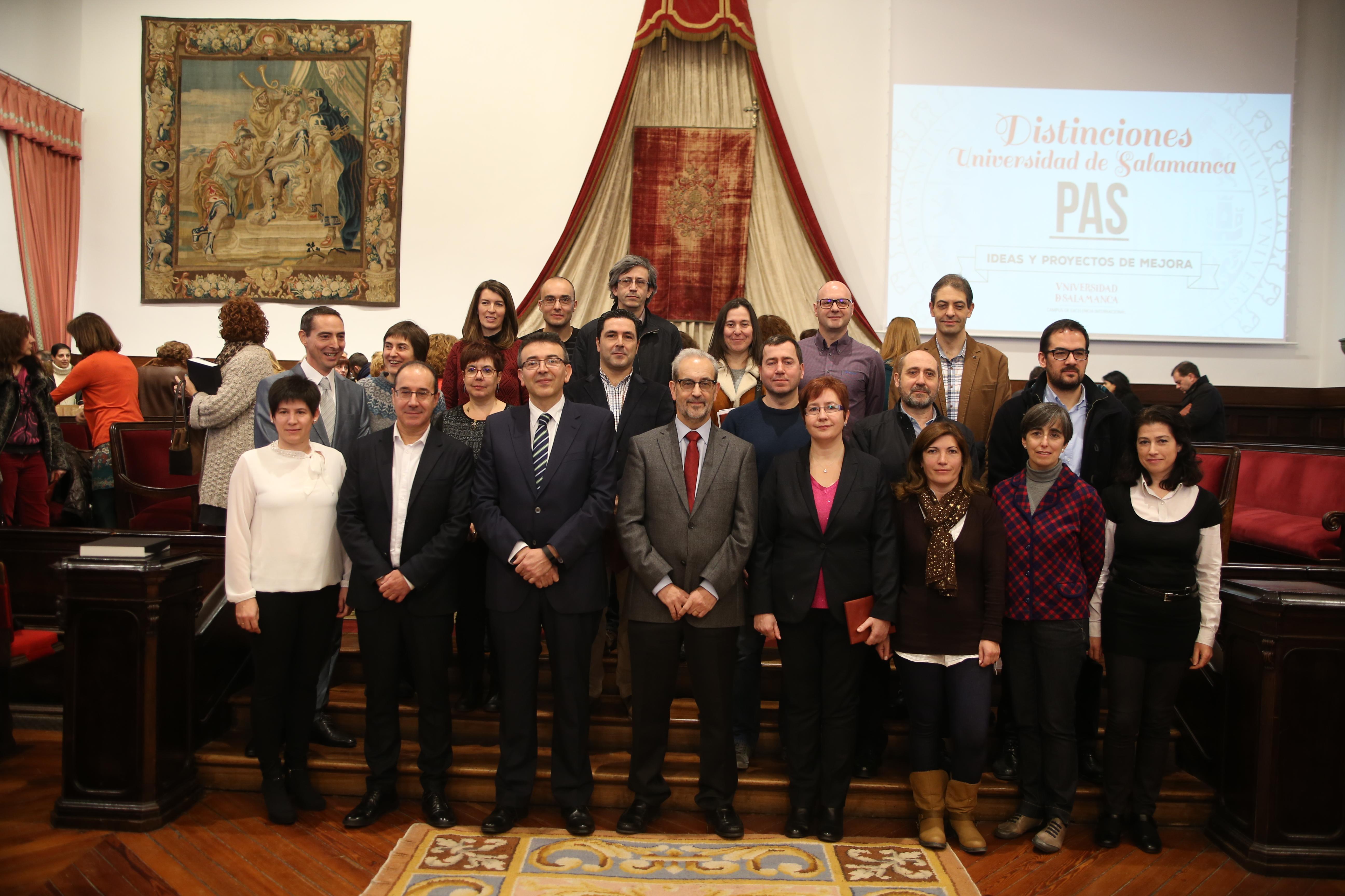 La Universidad de Salamanca entrega sus distinciones a 88 miembros del Personal de Administración y Servicios