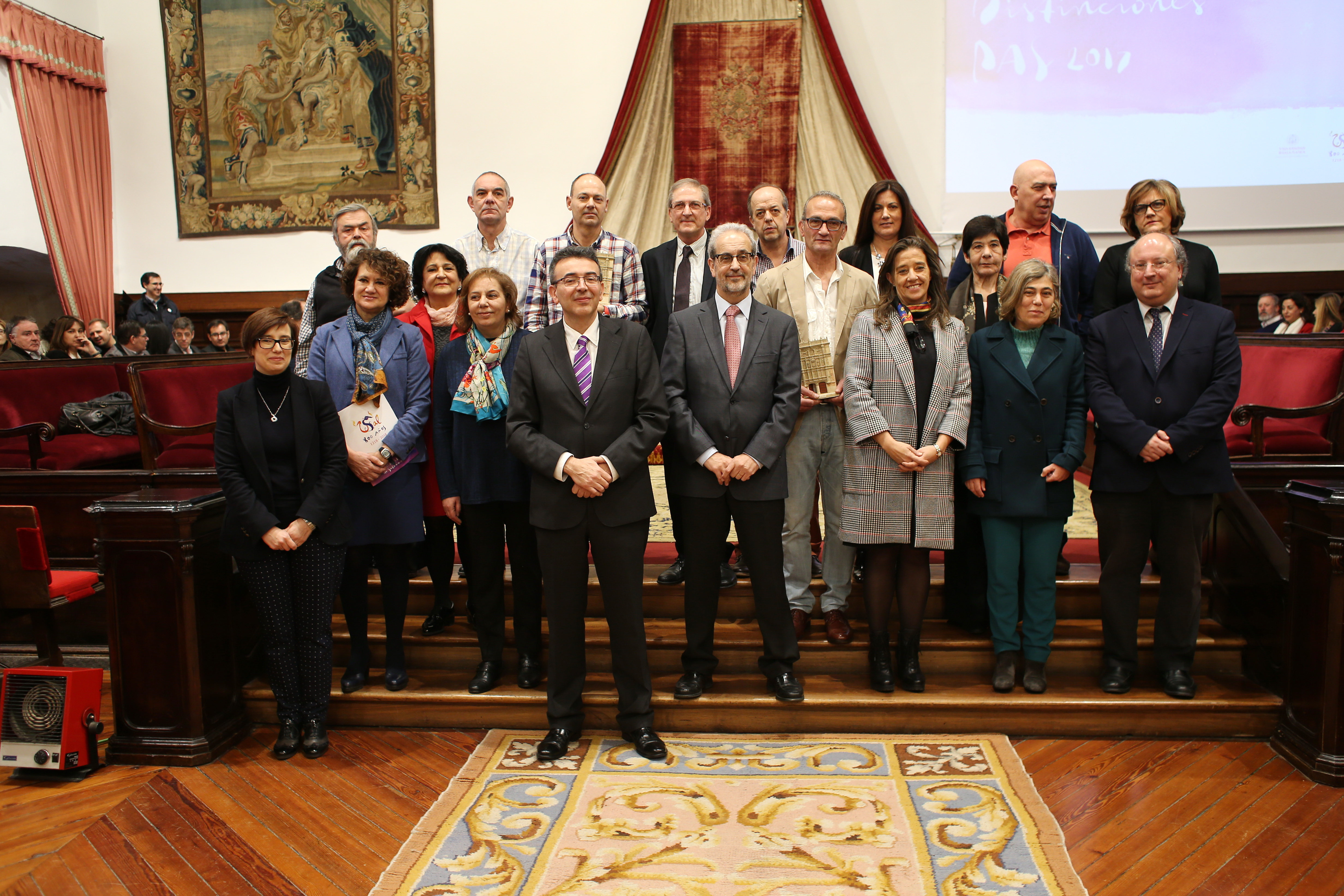 El rector entrega las distinciones a 61 miembros del Personal de Administración y Servicios