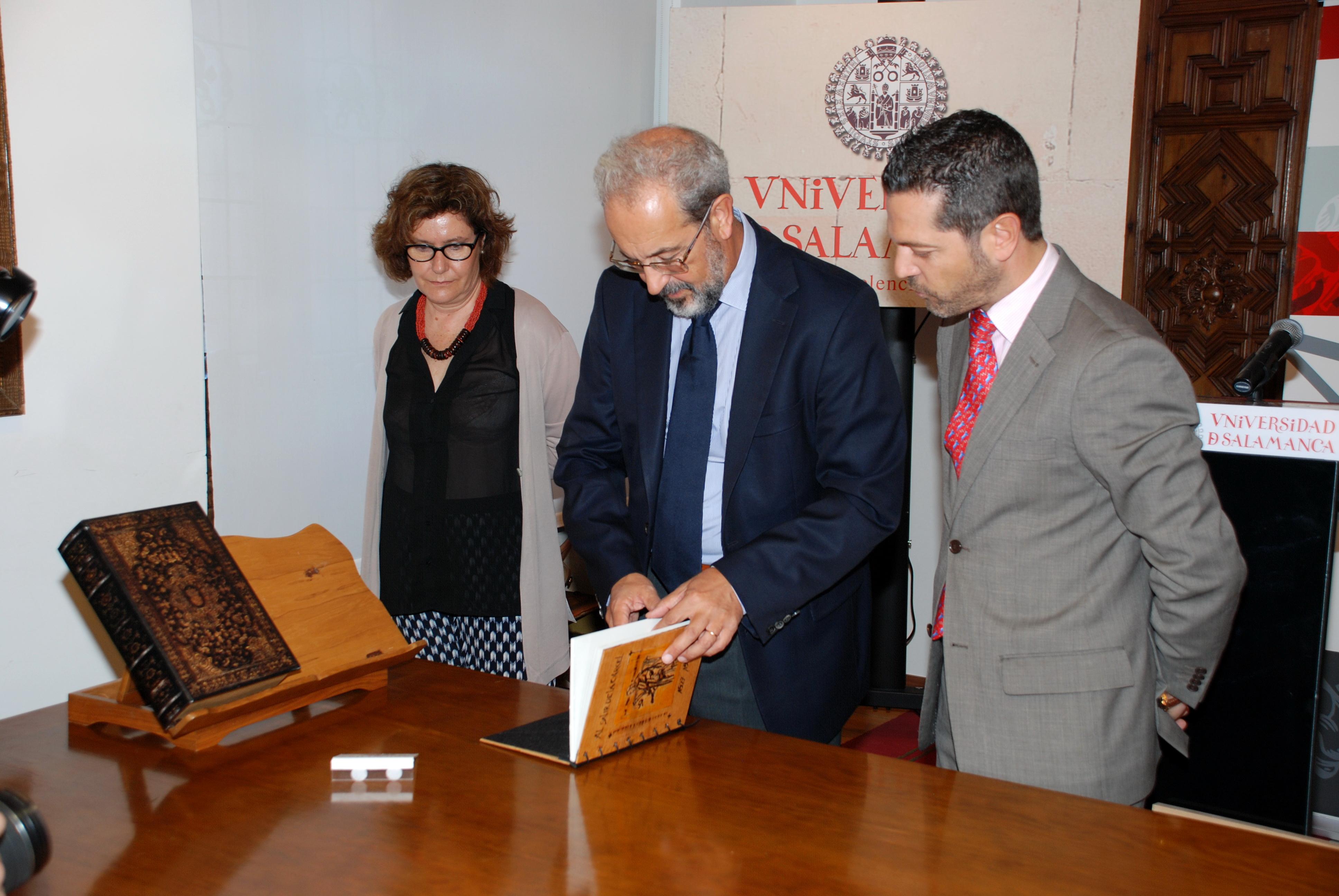 La Universidad de Salamanca recibe del Ayuntamiento la obra 'Al salir de la cárcel', homenaje a Fray Luis de León