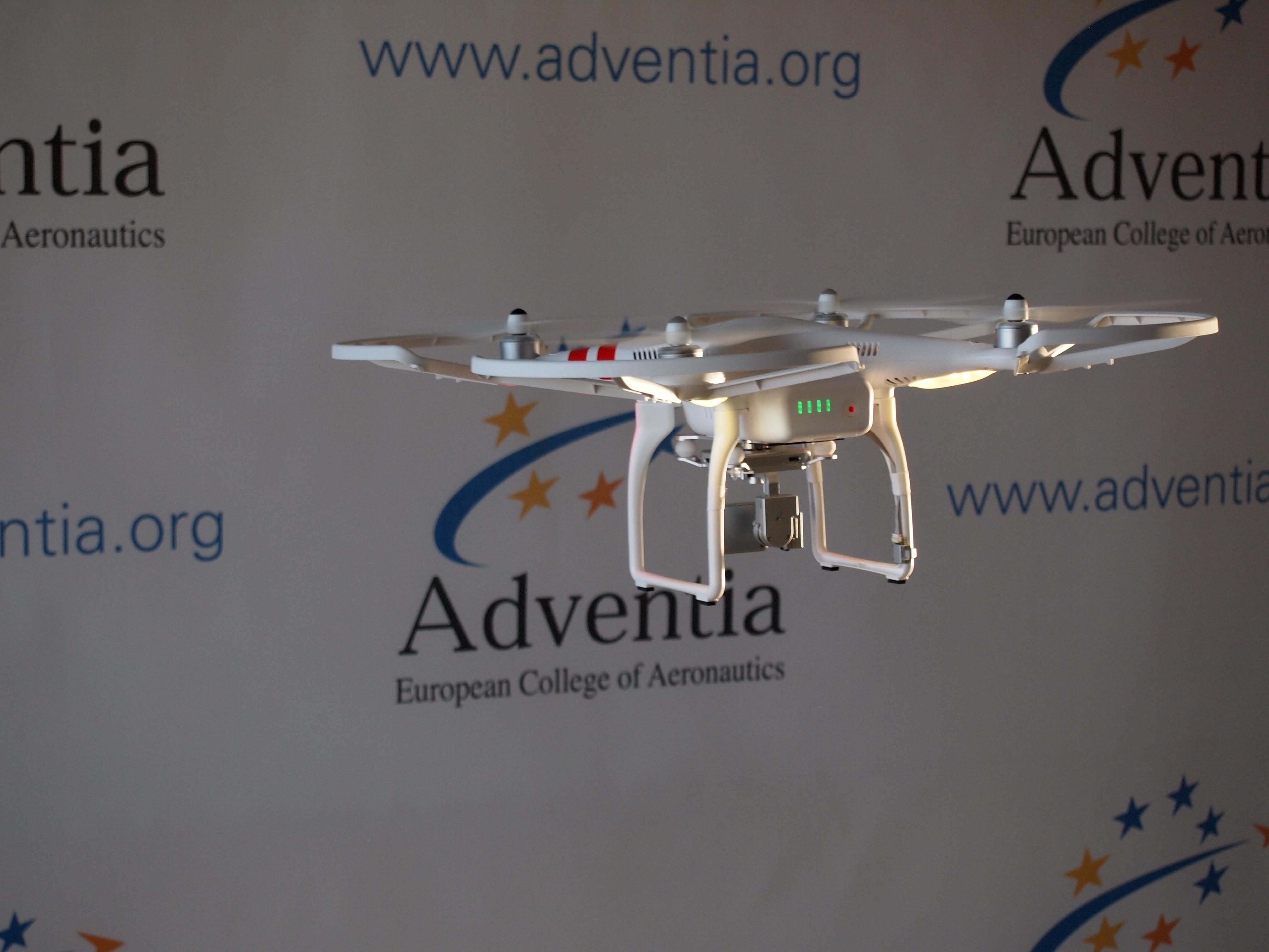 La Escuela de Pilotos Adventia, centro adscrito a la Universidad de Salamanca, forma a más de 100 pilotos civiles de drones
