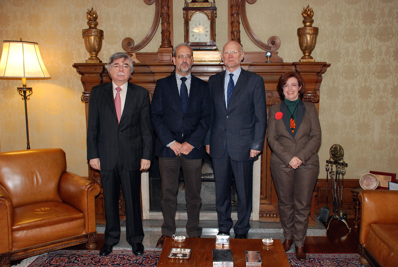 El rector, Daniel Hernández Ruipérez, recibe al embajador de Irlanda en España, Justin Harman