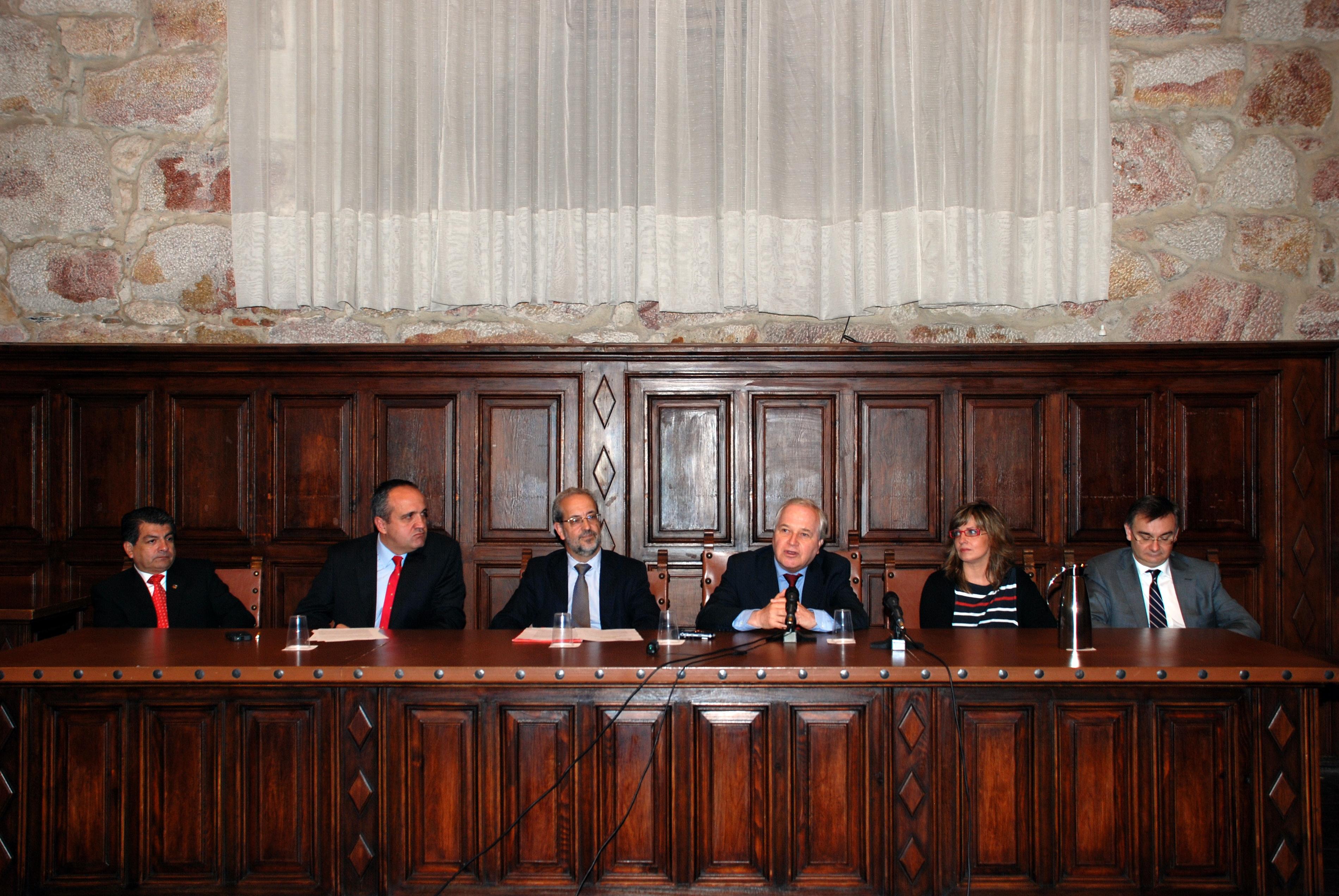 El rector de la Universidad de Salamanca y el embajador de Perú clausuran los másteres y doctorados en Ciencia y Estado de Derecho