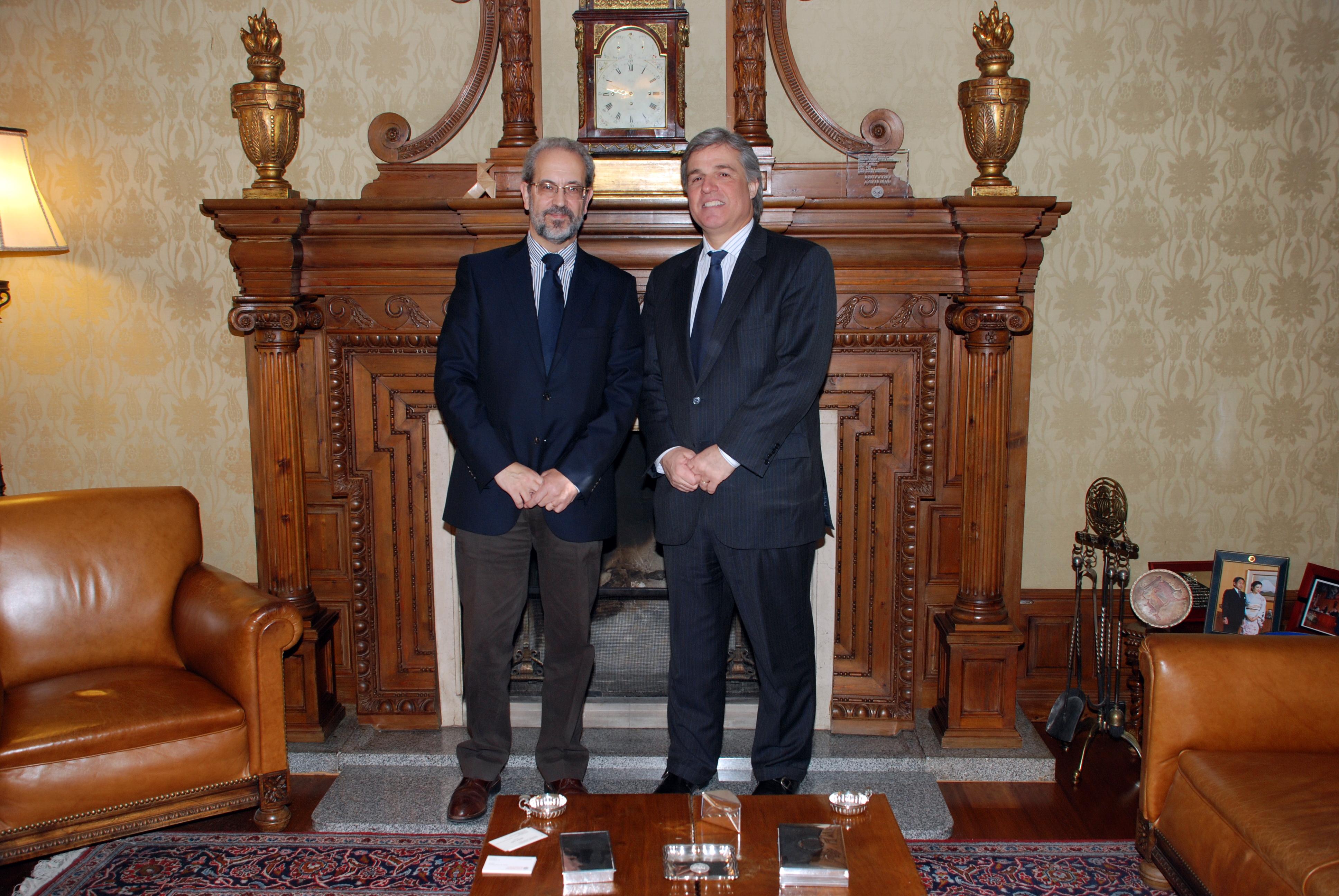 El rector de la Universidad de Salamanca recibe al embajador de Uruguay