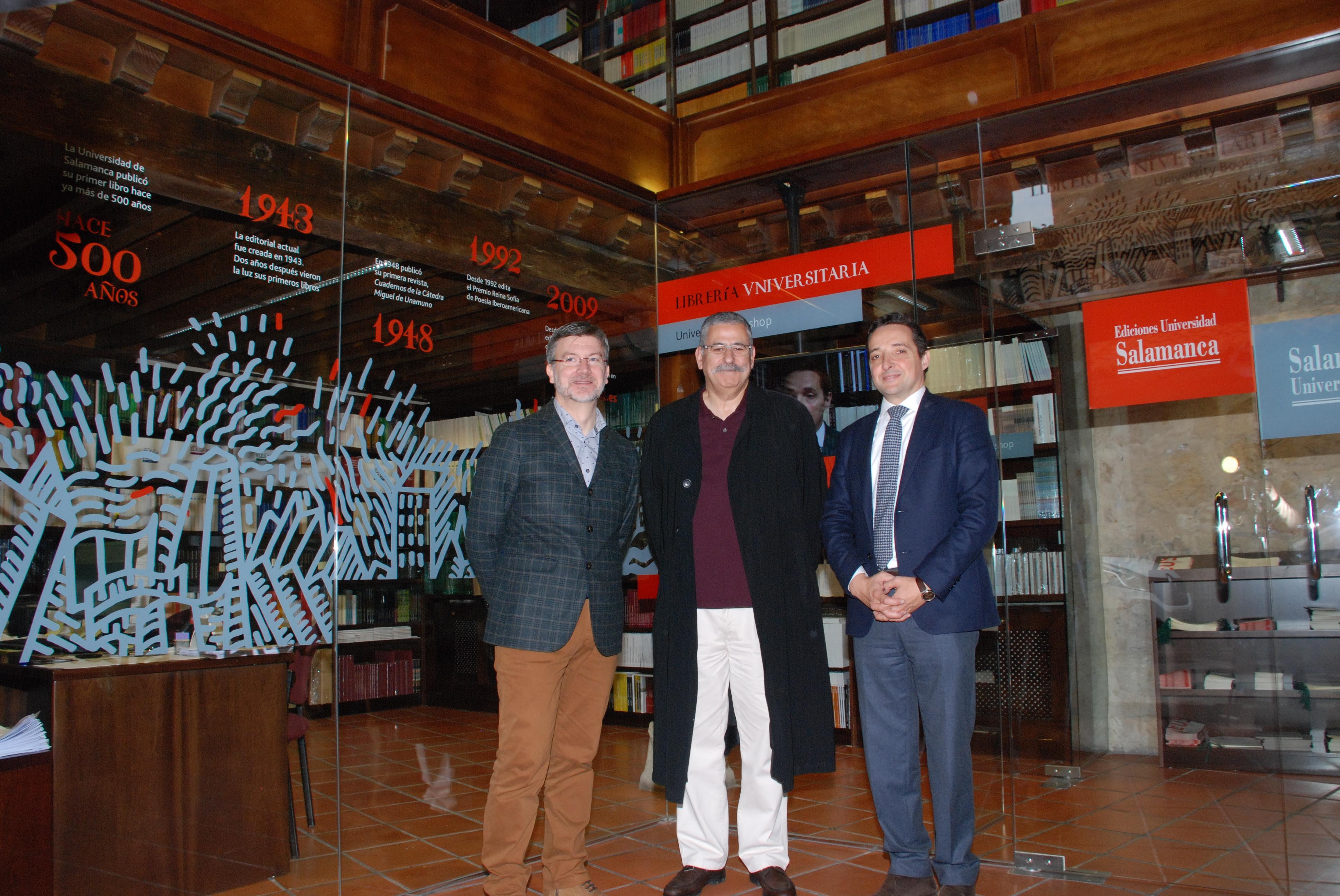 Emilio Gil, Medalla de Oro al Mérito en las Bellas Artes 2015, visita la Librería de Ediciones Usal acompañado del vicerrector de Investigación