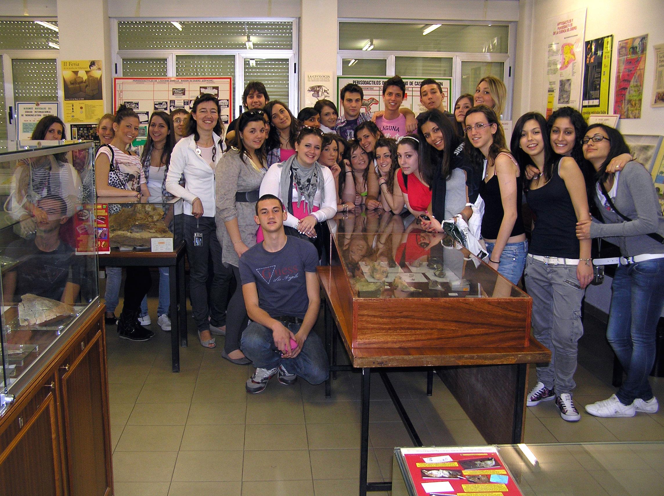 Estudiantes italianos visitan la Sala de las Tortugas de la Universidad