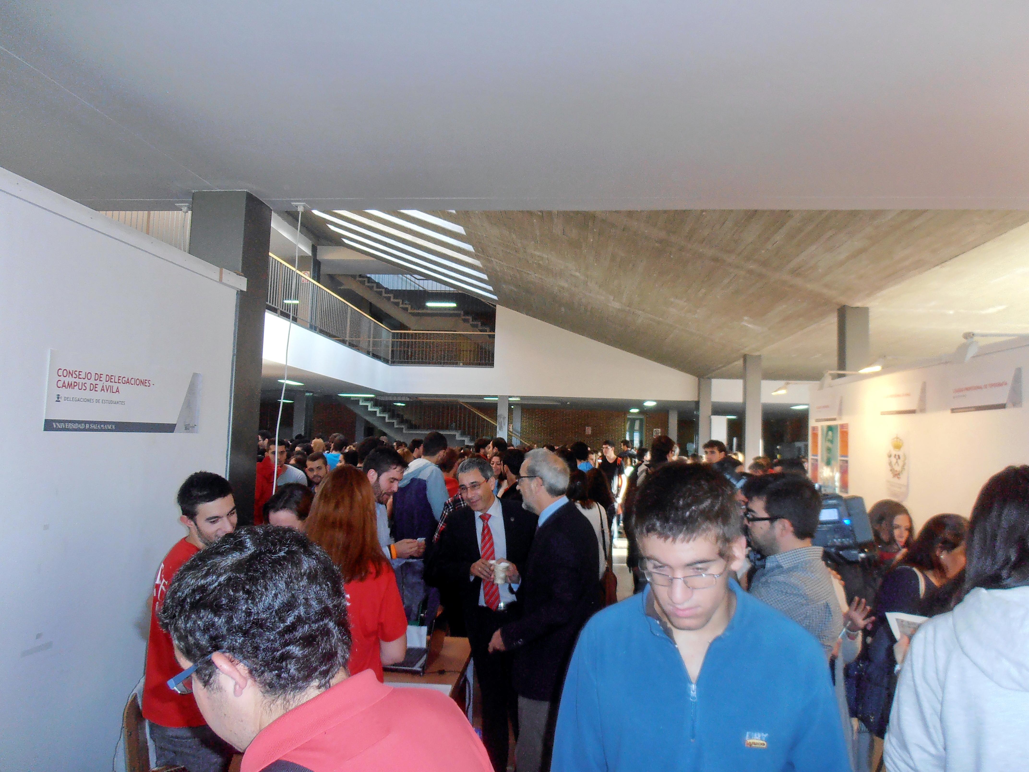 Una treintena de estands acercan los servicios de la Universidad a los estudiantes en la I Feria de Bienvenida del Campus de Ávila