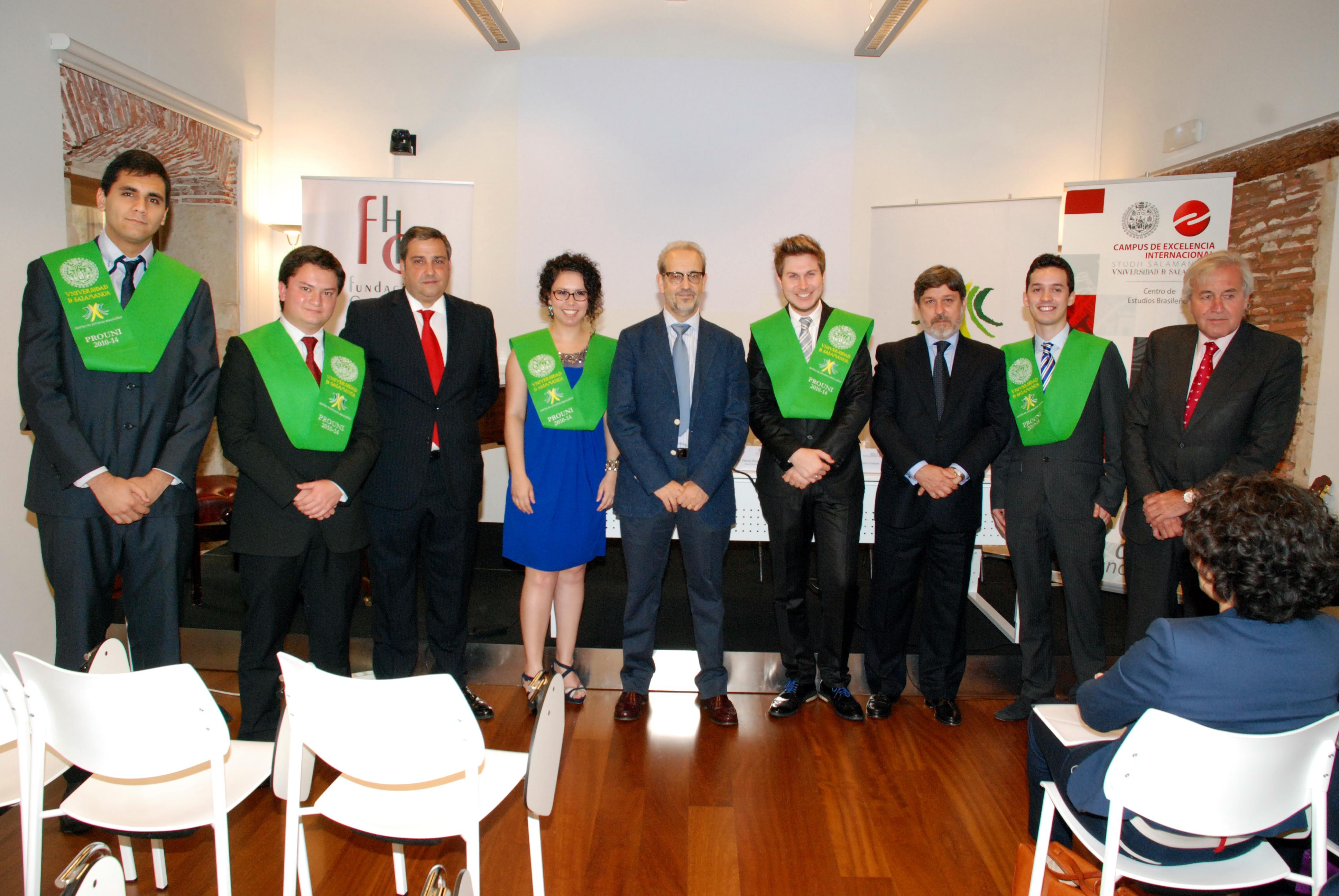 Los primeros estudiantes del Programa Universidad Para Todos/Universidad de Salamanca reciben sus becas de graduación
