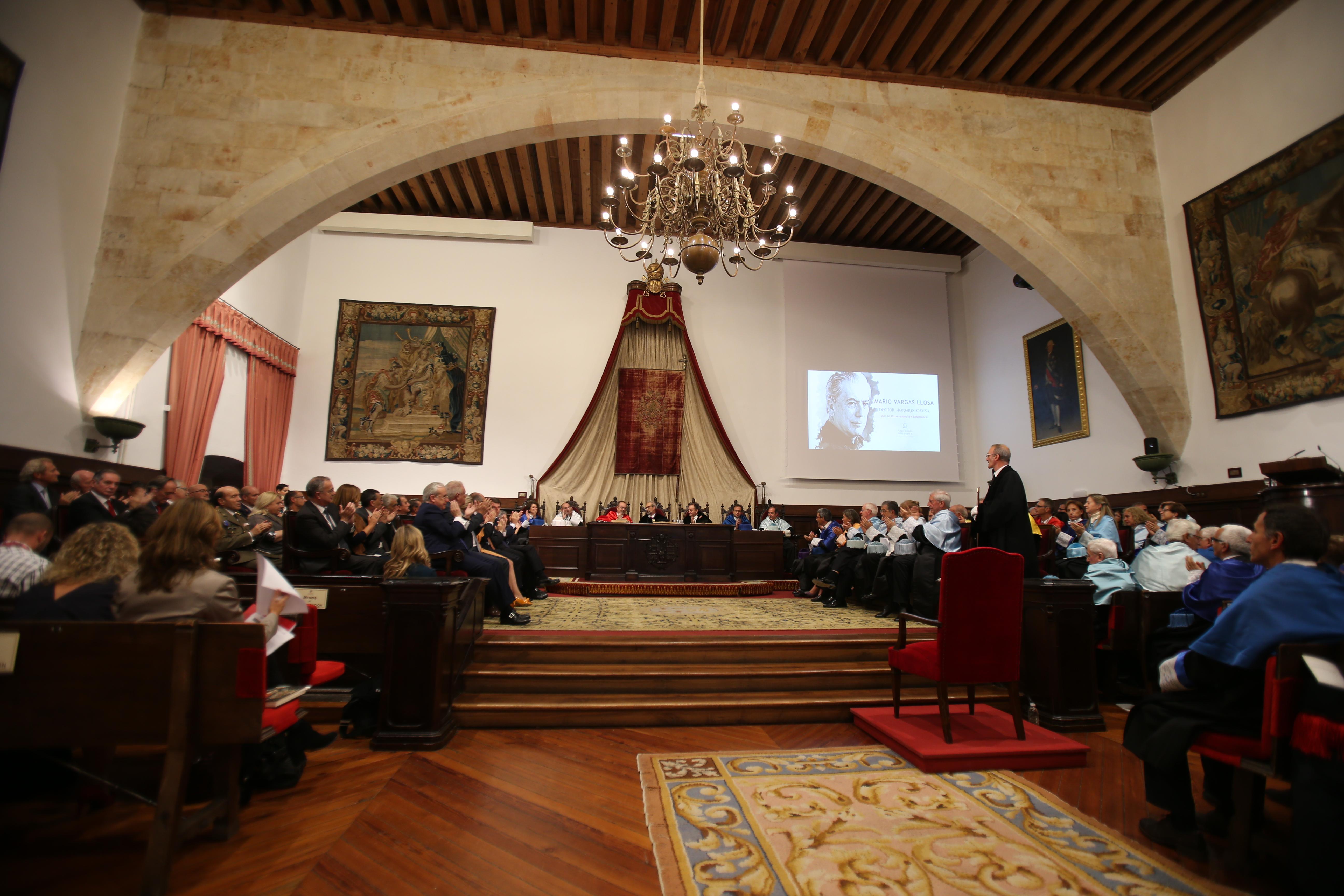 Vargas Llosa realiza una encendida defensa de la literatura en su discurso de investidura como doctor honoris causa por la Universidad de Salamanca