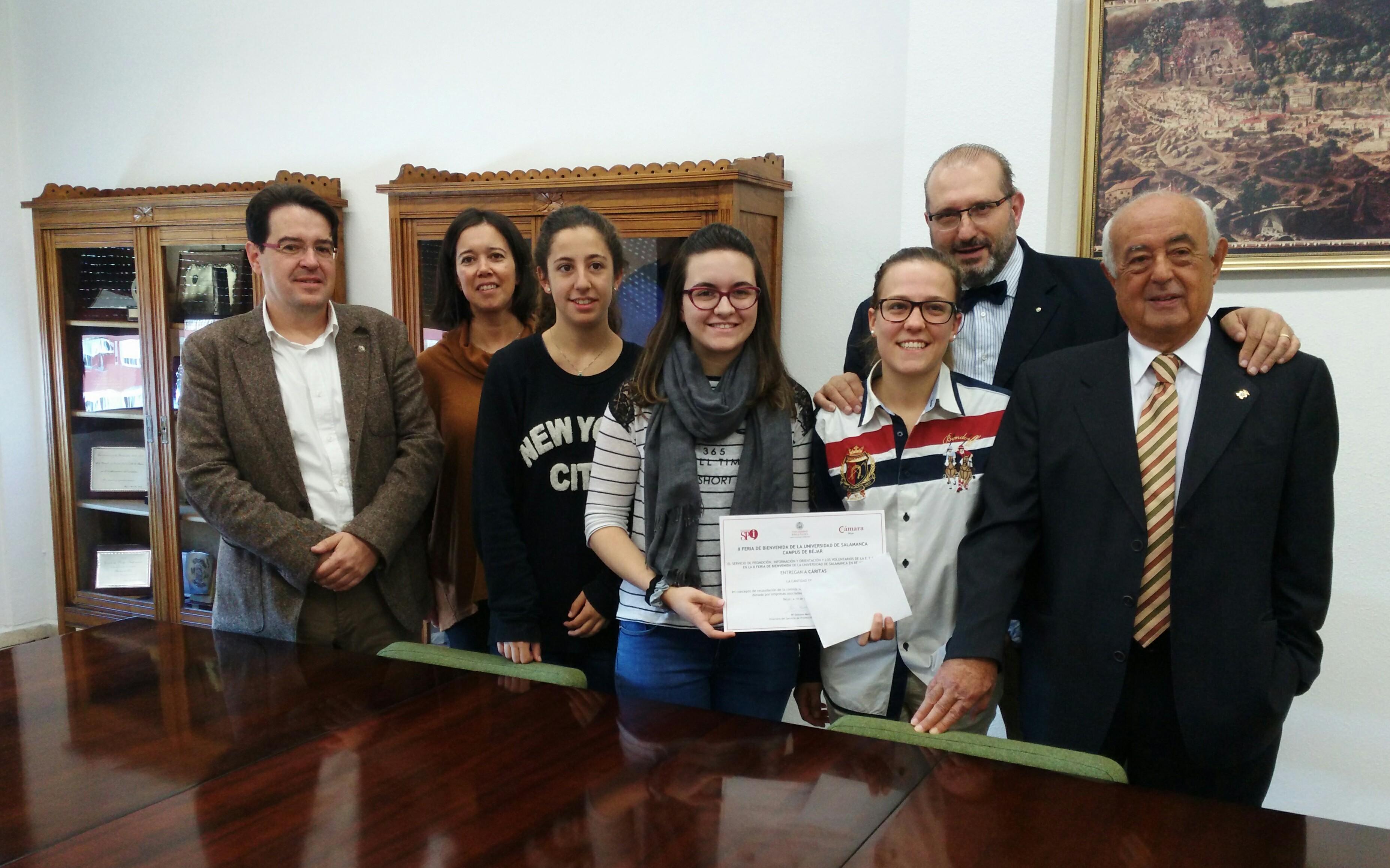 El Campus de Béjar entrega a Cáritas el dinero recaudado en el 'Bocadillo Solidario' de la Feria Bienvenida