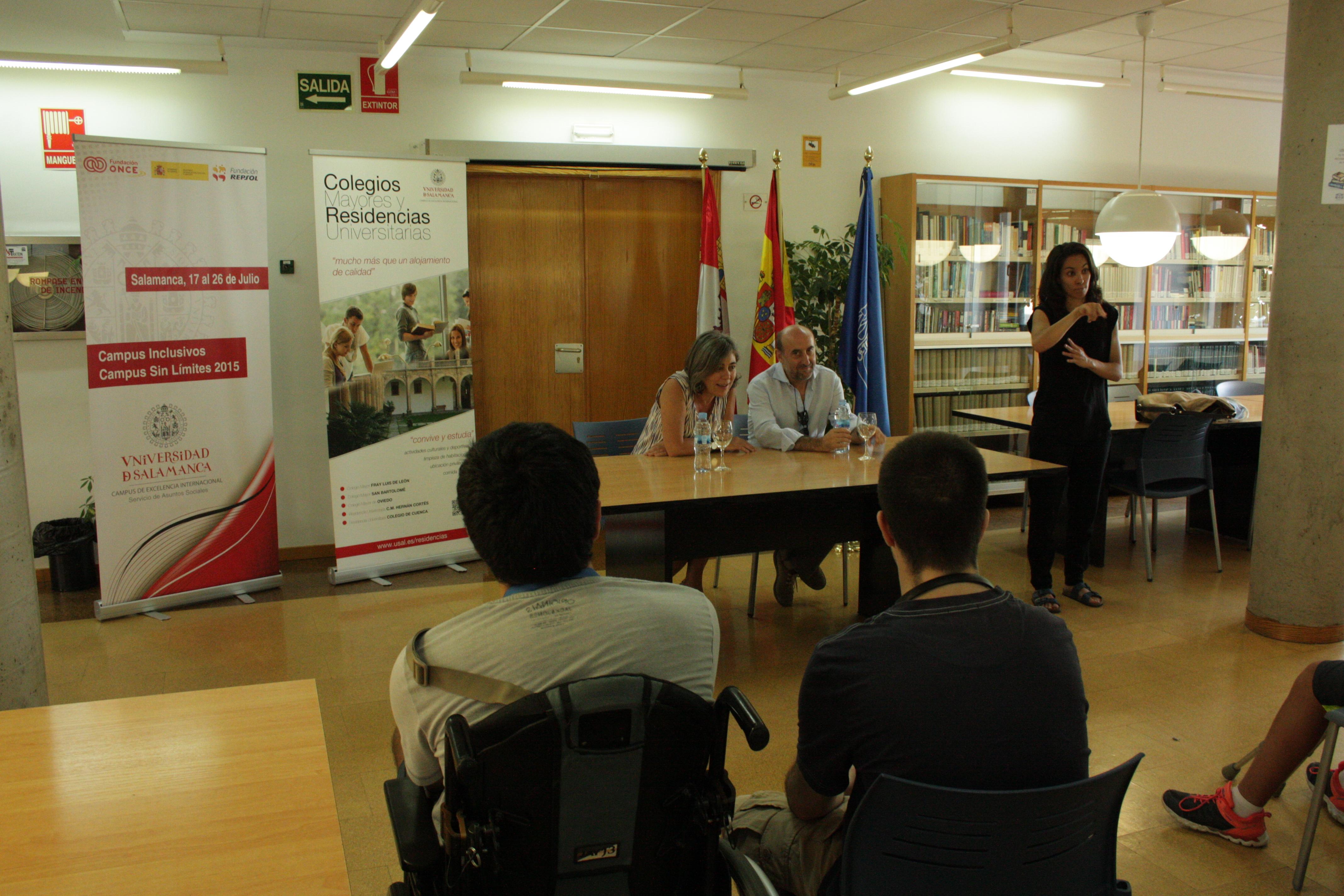 La vicerrectora de Atención al Estudiante y Extensión Universitaria recibe a los alumnos del proyecto 'Campus Inclusivos'