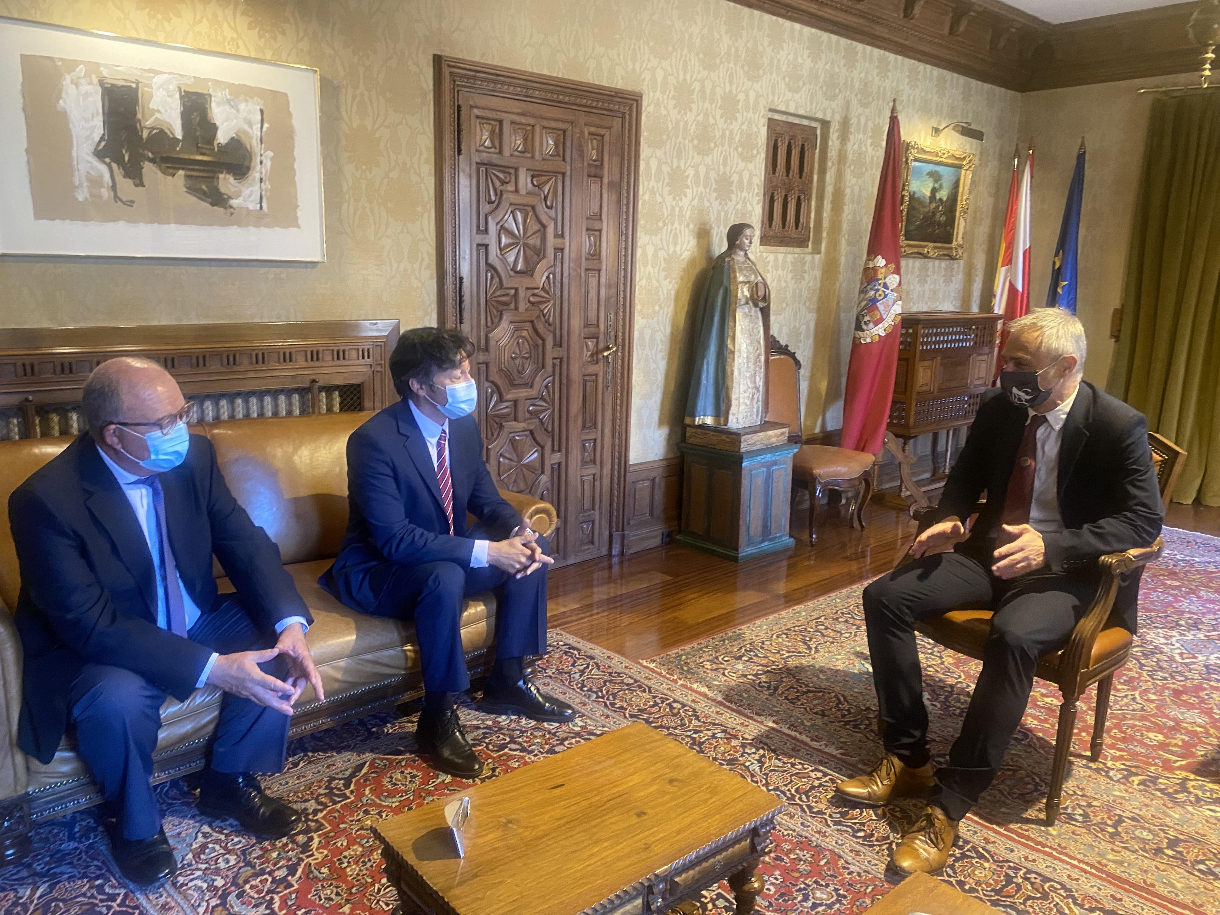 El rector se reúne con el subdelegado del Gobierno en Ávila y con el senador Jesús Caro