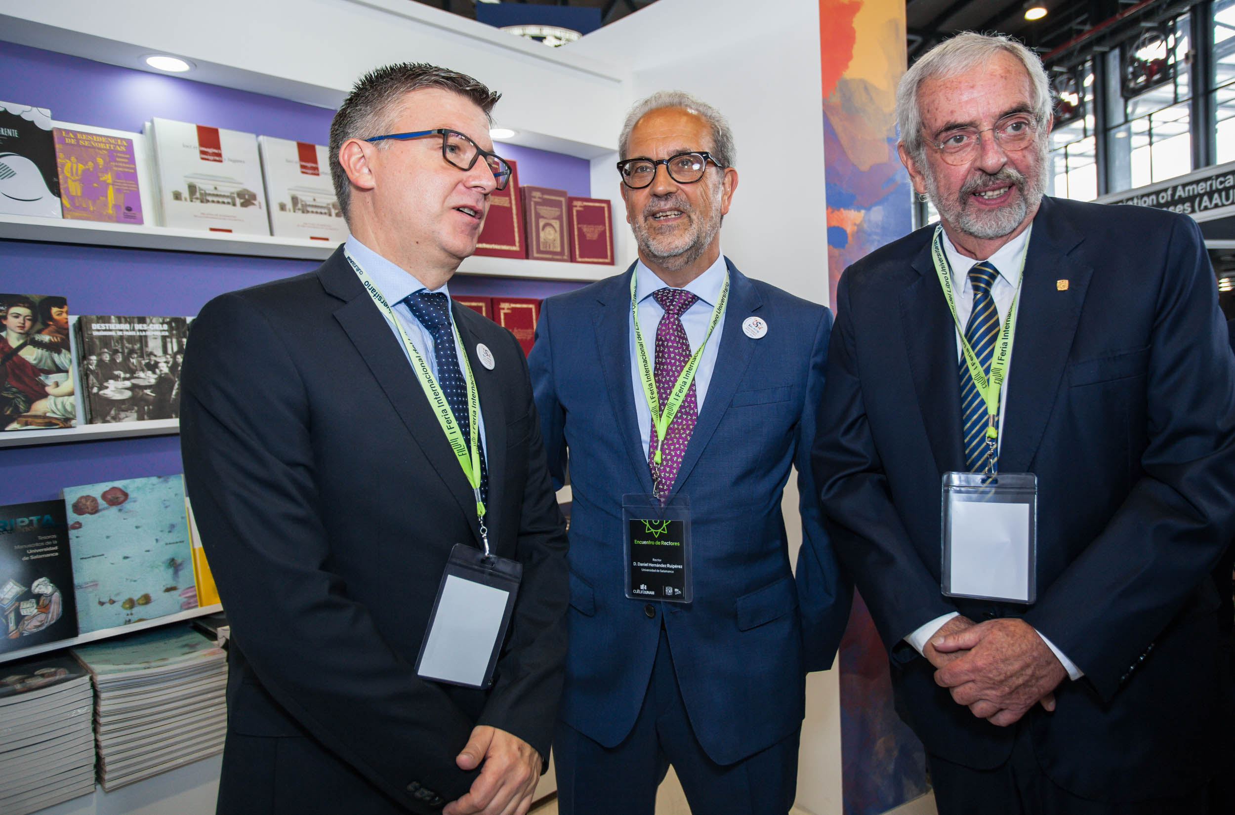 Eduardo Azofra, director de Ediciones USAL, junto a los rectores de Salamanca y la UNAM