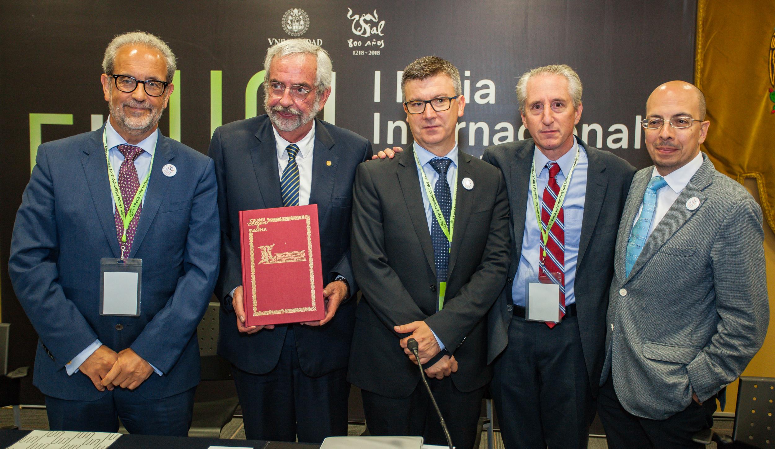 Los rectores de la Universidad de Salamanca y UNAM presentan en el marco de FILUNI la coedición del facsímil 'Regimiento solar' del siglo XVI
