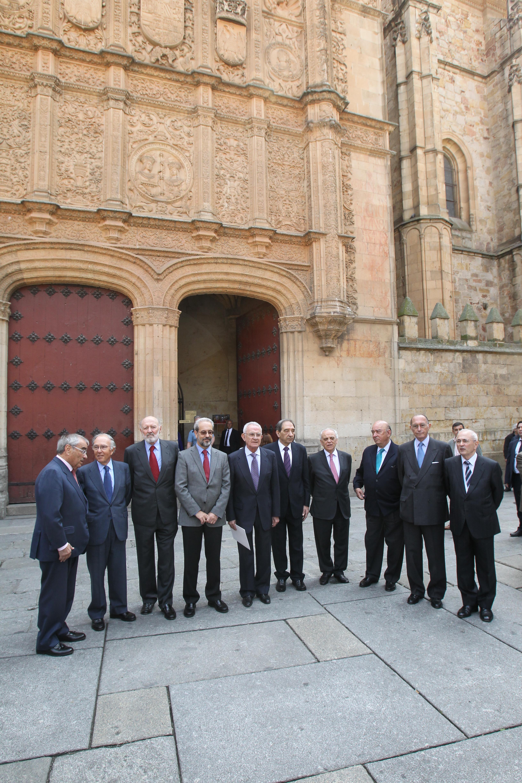 Miembros del gabinete de Adolfo Suárez ante la fachada histórica