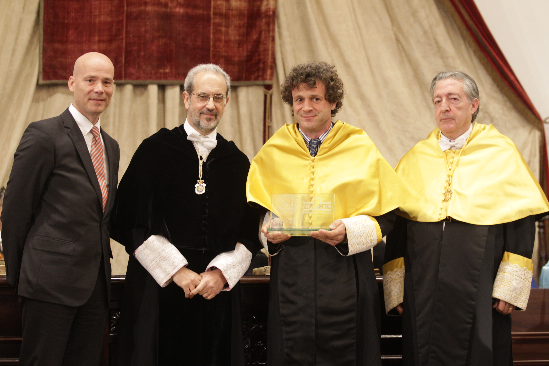 La investidura de 13 nuevos doctores, según el ceremonial tradicional, y la entrega de varios premios universitarios marcan la Festividad de Santo Tomás de Aquino