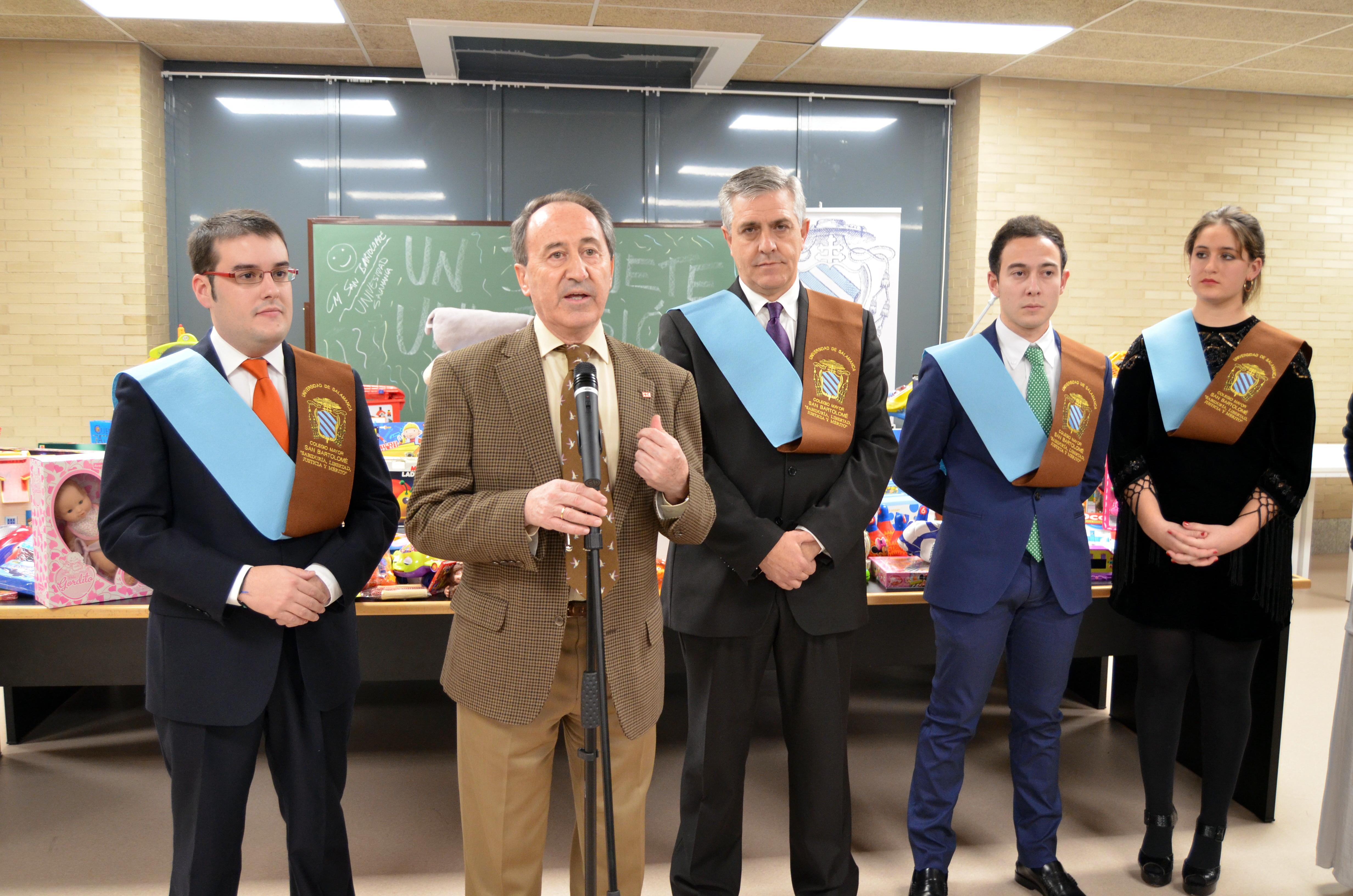 El Colegio Mayor San Bartolomé de la Universidad de Salamanca entrega 500 juguetes a Cruz Roja Salamanca