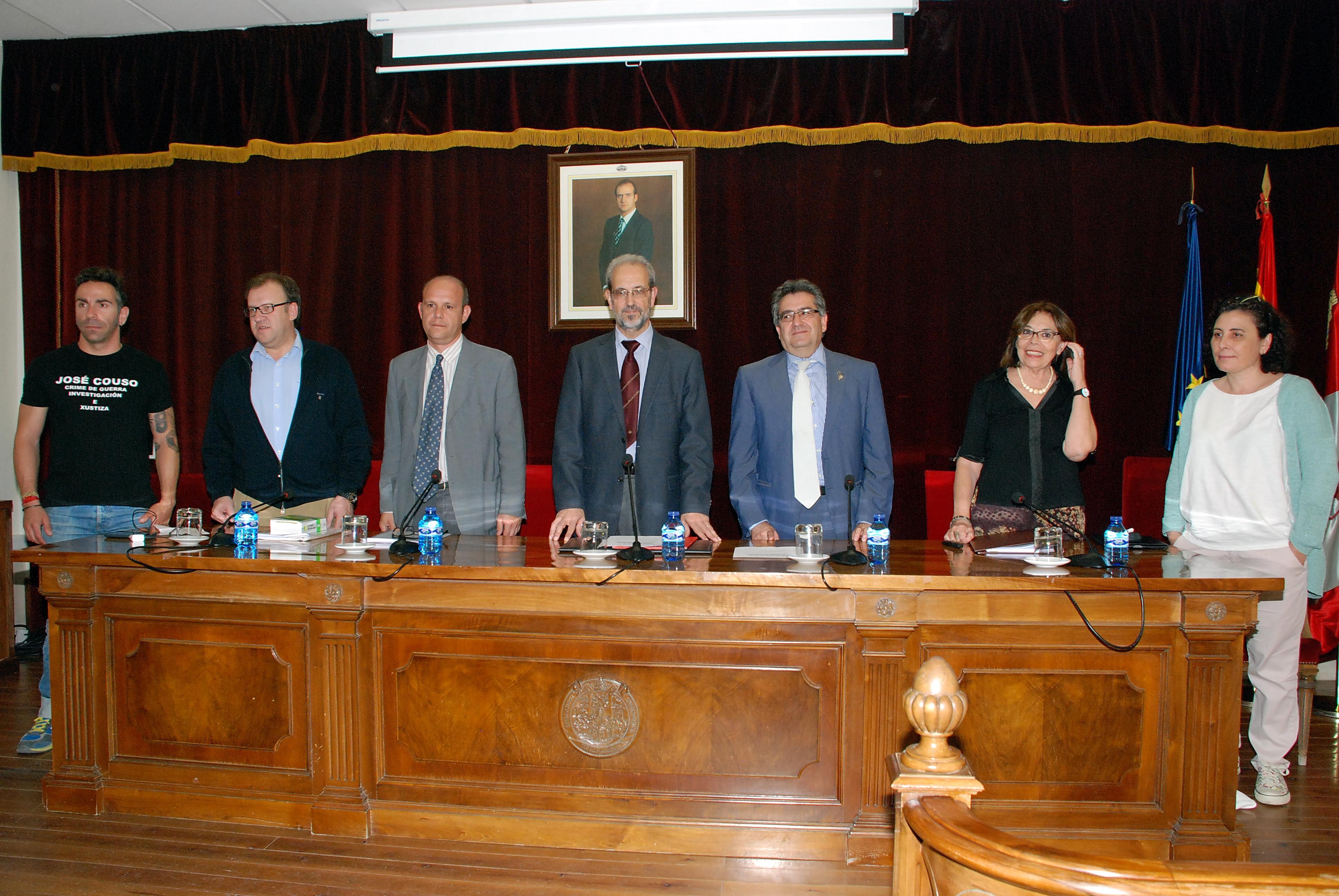 El rector de la Universidad de Salamanca asiste al acto de rechazo a la reforma de la justicia universal en la Facultad de Derecho