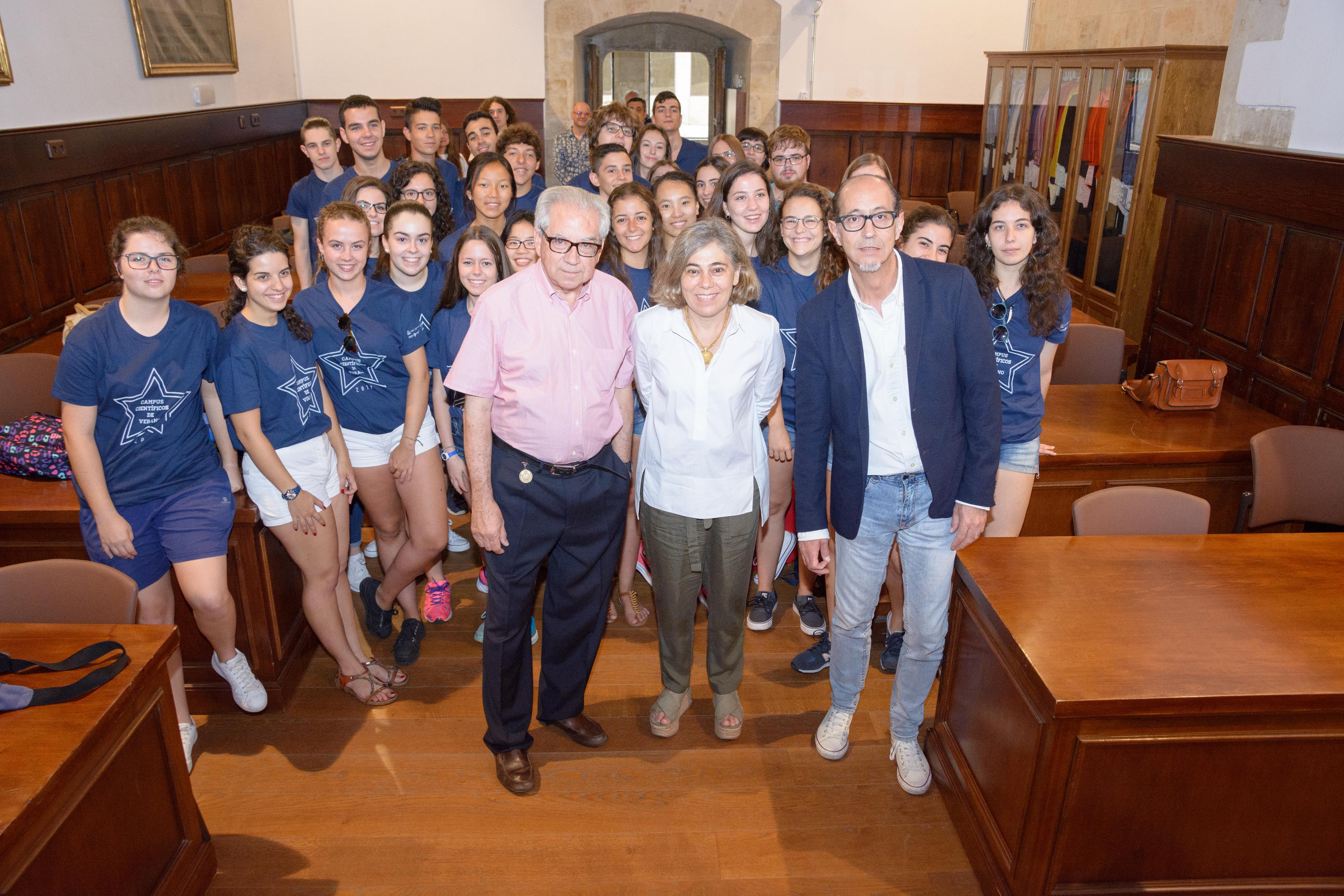 La vicerrectora de Atención al Estudiante recibe al segundo grupo de participantes en los Campus Científicos de Verano 2017